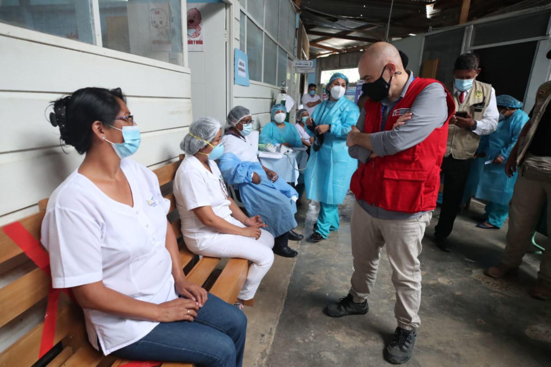 En el segundo día de trabajo, el ministro Gabriel Quijandría  participó en la jornada de vacunación contra la covid-19 al personal de primera línea de los centros de salud Nuevo Milenio, Jorge Chávez, El Triunfo, La Joya y Laberinto, en Madre de Dios, el cual sufre inundaciones por las fuertes lluvias. Foto: Minam
