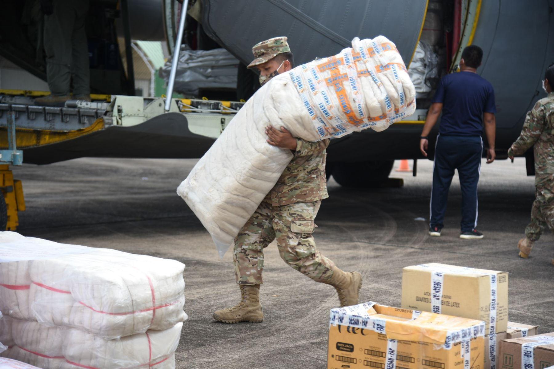 Las seis toneladas y media de ayuda humanitaria del Gobierno Central arribaron a Puerto Maldonado, en un vuelo de la Fuerza Aérea del Perú. El gobernador Luis Hidalgo Okimura saludó el apoyo de la Fuerza Aérea y del Ejército Peruano que colaboraron con el traslado. Foto: Gobierno Regional de Madre de Dios
