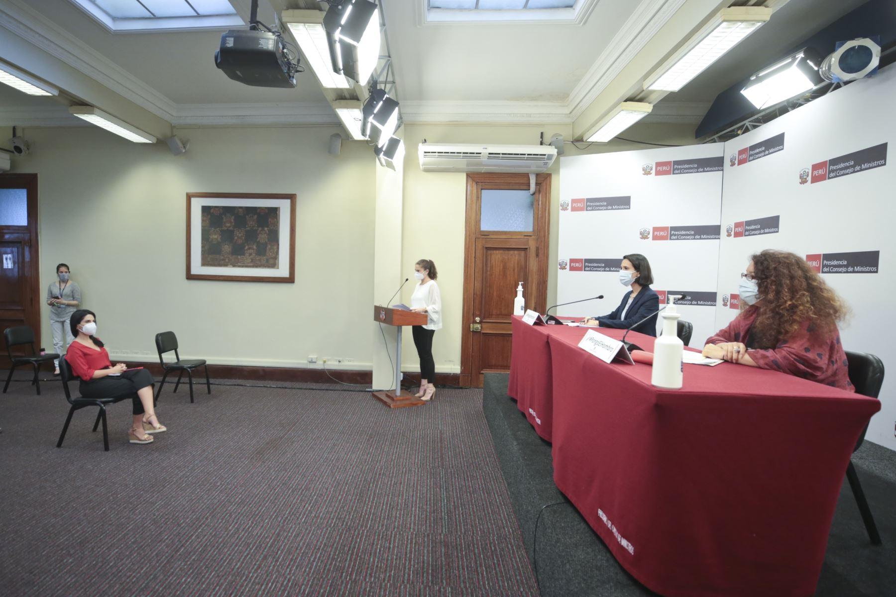 Ministra de Comercio Exterior, Claudia Cornejo y Ministra de Desarrollo e Inclusión Social, Silvana Vargas brindan conferencia de prensa para informar sobre balance de acciones realizadas por el ejecutivo frente a la pandemia. Foto PCM