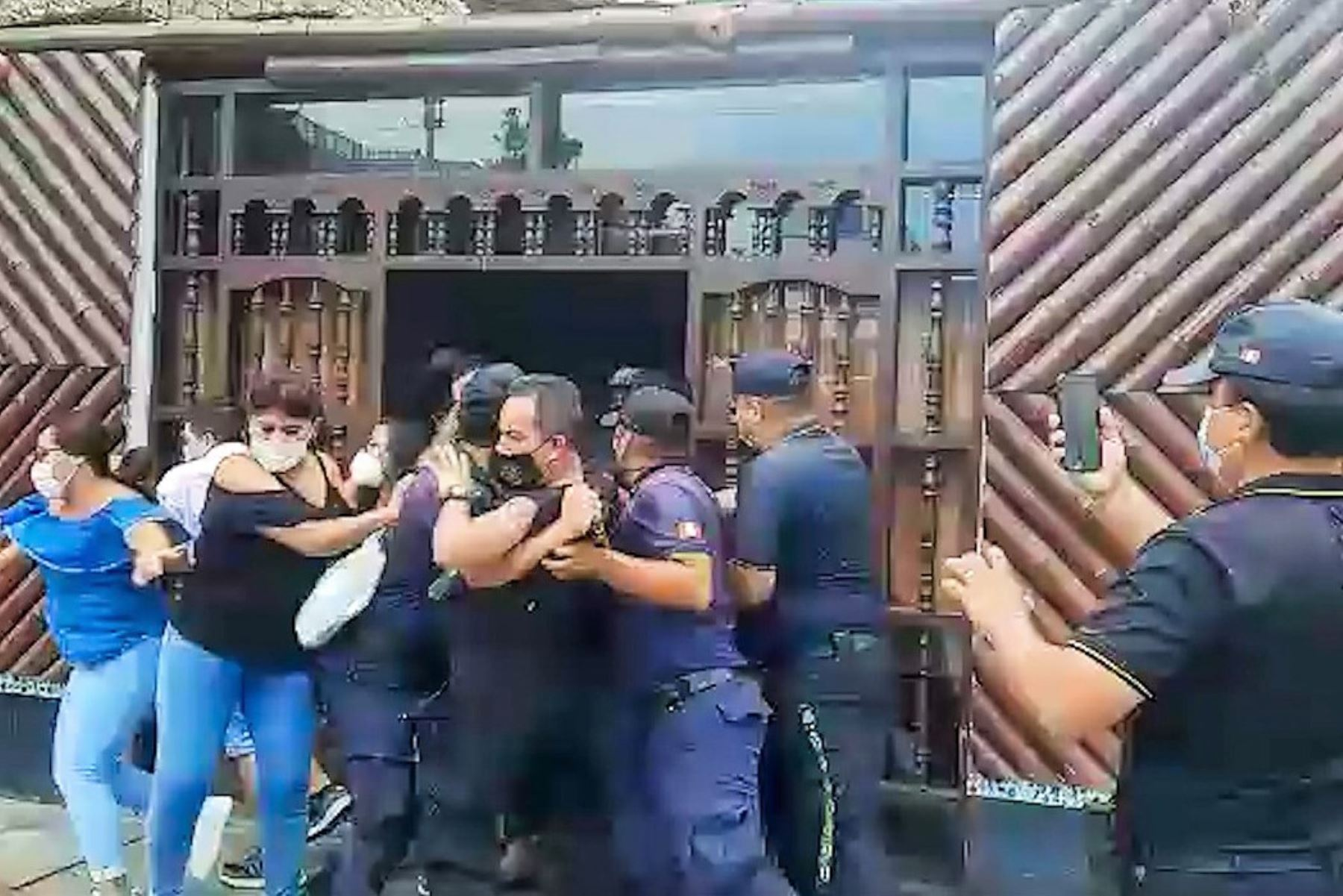 Comensales escapan de una cebichería en Chimbote durante una intervención de la policía municipal y el serenazgo de la provincia del Santa. Foto: ANDINA/Difusión