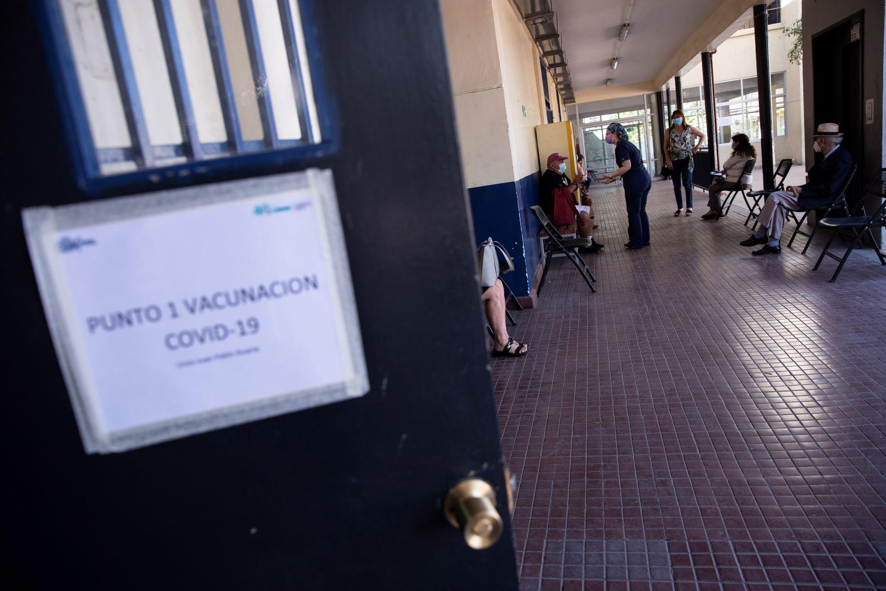 Una enfermera supervisa el estado de salud de varias personas inoculadas con una dosis de la vacuna china del laboratorio Sinovac contra la Covid-19, el 22 de febrero 2021, en un centro de vacunación en Santiago de Chile. Foto: EFE