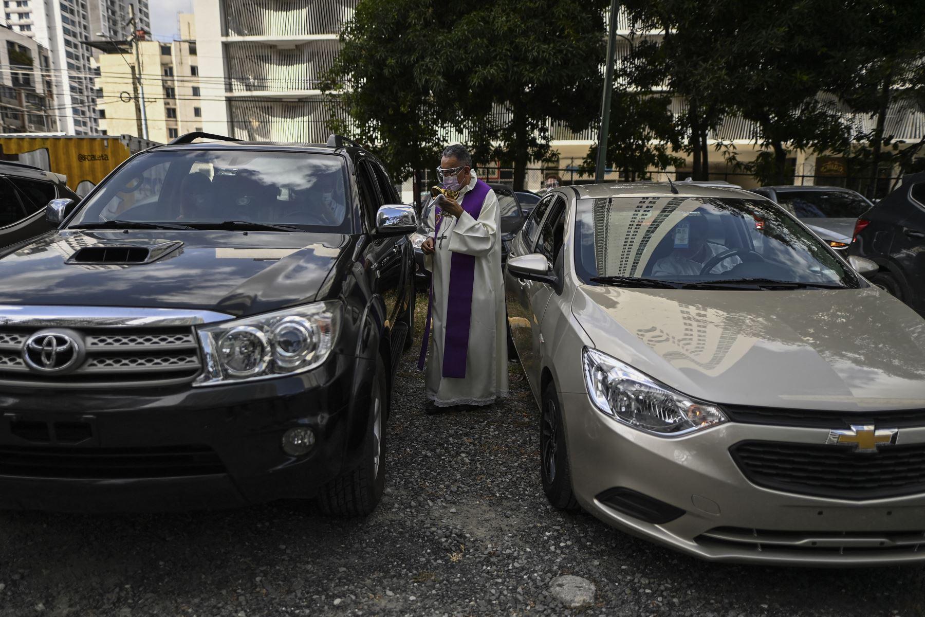 El Arzobispo de Panamá, José Domingo Ulloa, celebra una misa el miércoles de ceniza, primer día de Cuaresma, en el estacionamiento de la Basílica San Francisco de la Caleta, en la ciudad de Panamá, el 17 de febrero de 2021. Foto: AFP