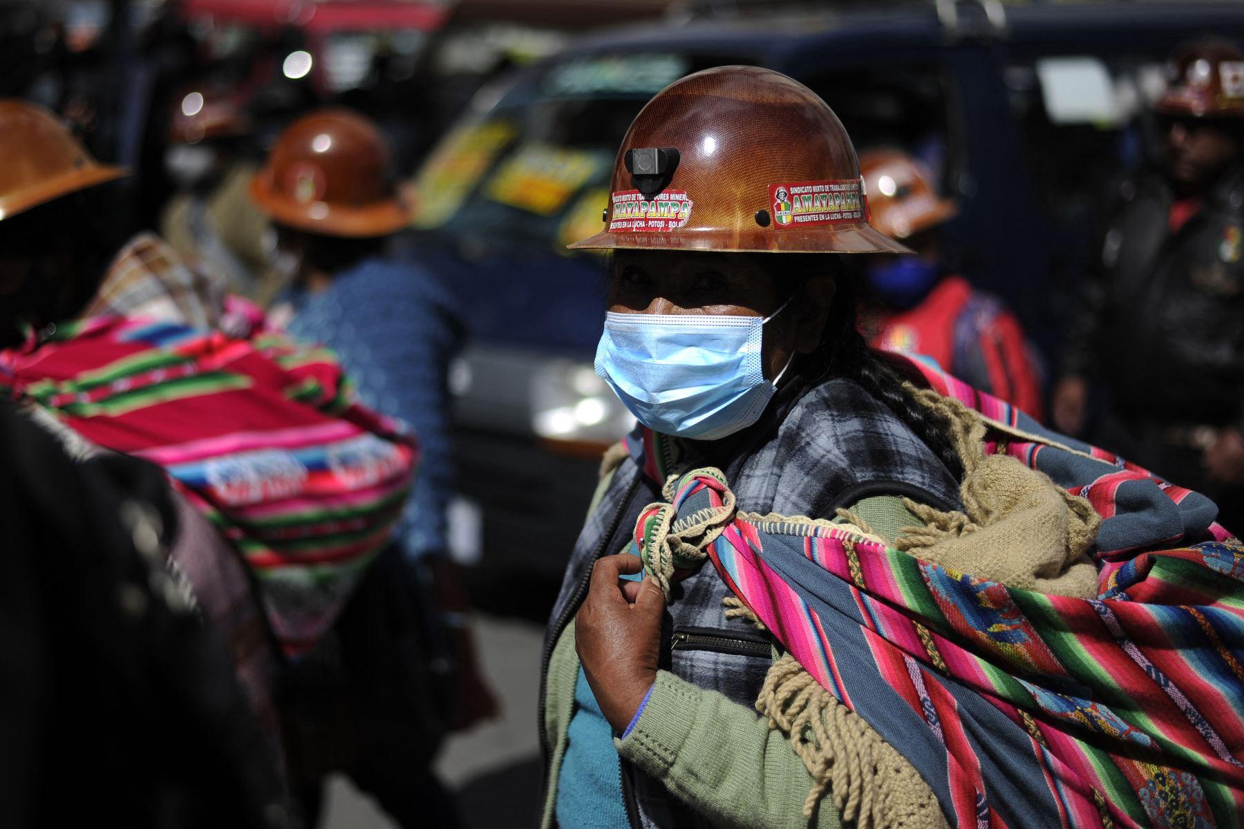 Los mineros bolivianos realizan una marcha de protesta exigiendo el pago de sus salarios pendientes a pesar de las restricciones para realizar eventos masivos para evitar el contagio de la pandemia del coronavirus, en La Paz, el 11 de enero de 2021. Foto: AFP