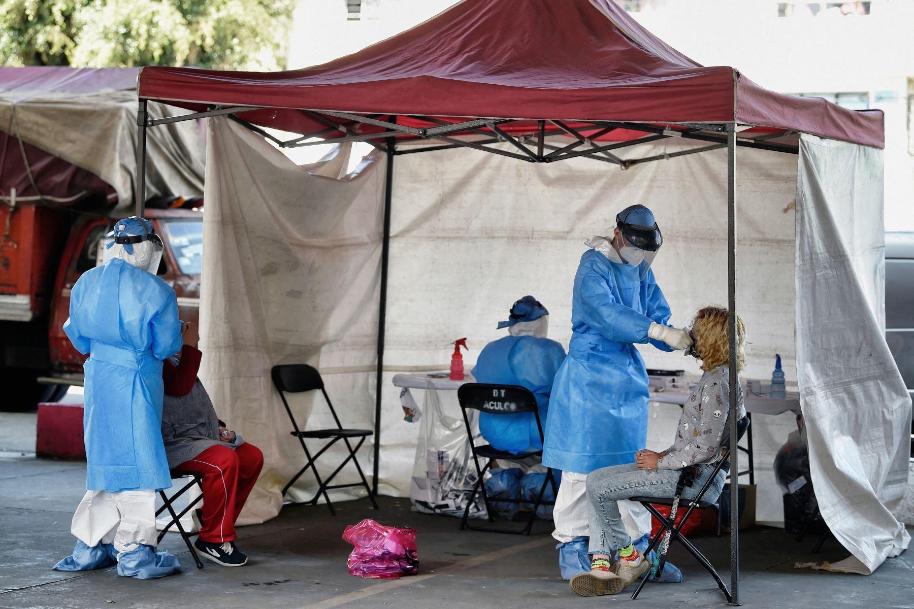 Los trabajadores de la salud realizan una prueba rápida de antígeno Covid-19 en una carpa de salud temporal en la Ciudad de México, el 12 de febrero de 2021. Foto: AFP