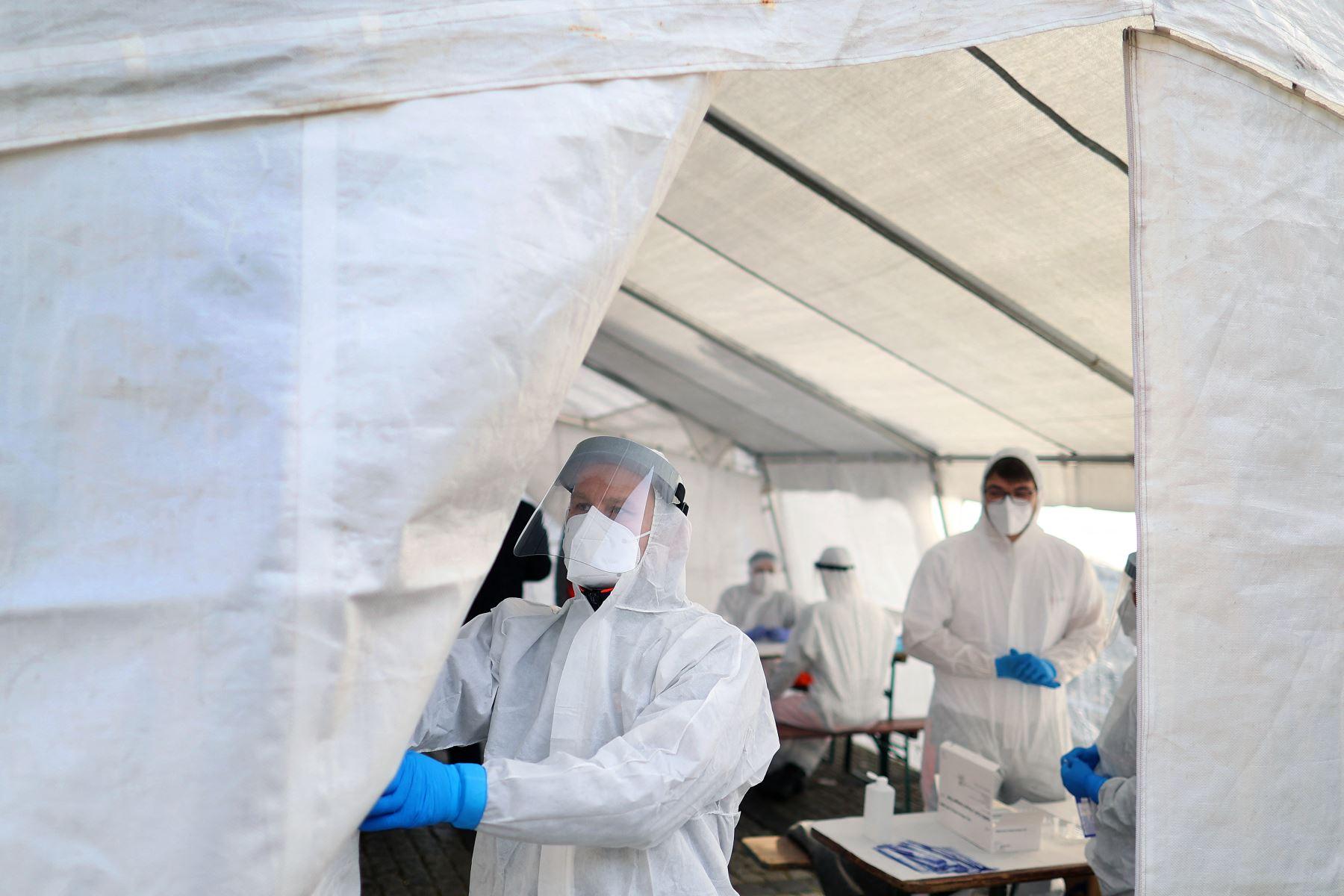 Un trabajador de la salud abre un centro de pruebas Covid-19 gratuito el 23 de febrero de 2021 en Naumburg, en la región de Burgenland, en el este de Alemania. Foto: AFP