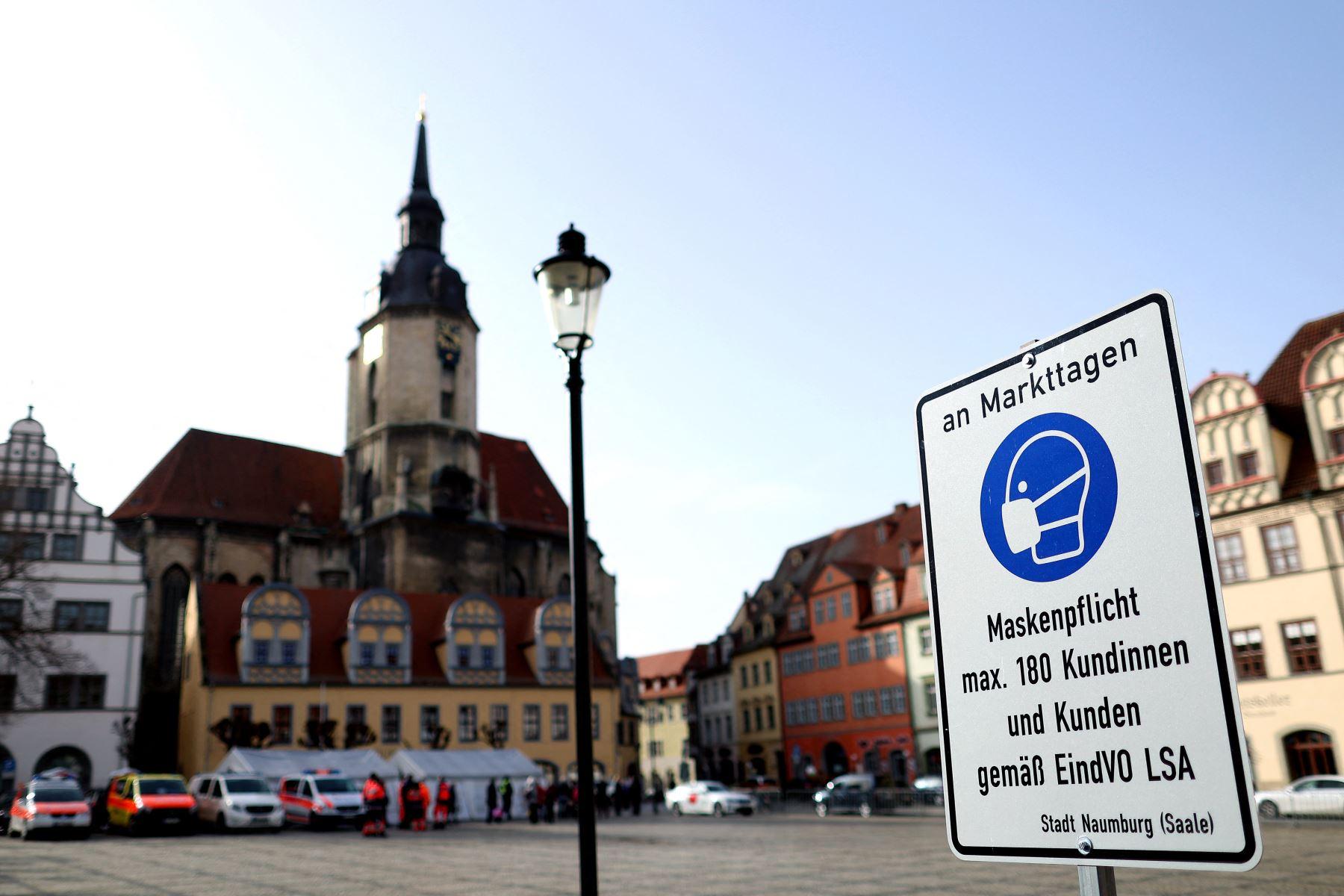 """Un letrero que dice """"uso obligatorio de máscara"""" se ve junto a un centro de pruebas rápidas Covid-19 en el mercado el 3 de febrero de 2021, en Naumburg, Alemania oriental. Foto: AFP"""