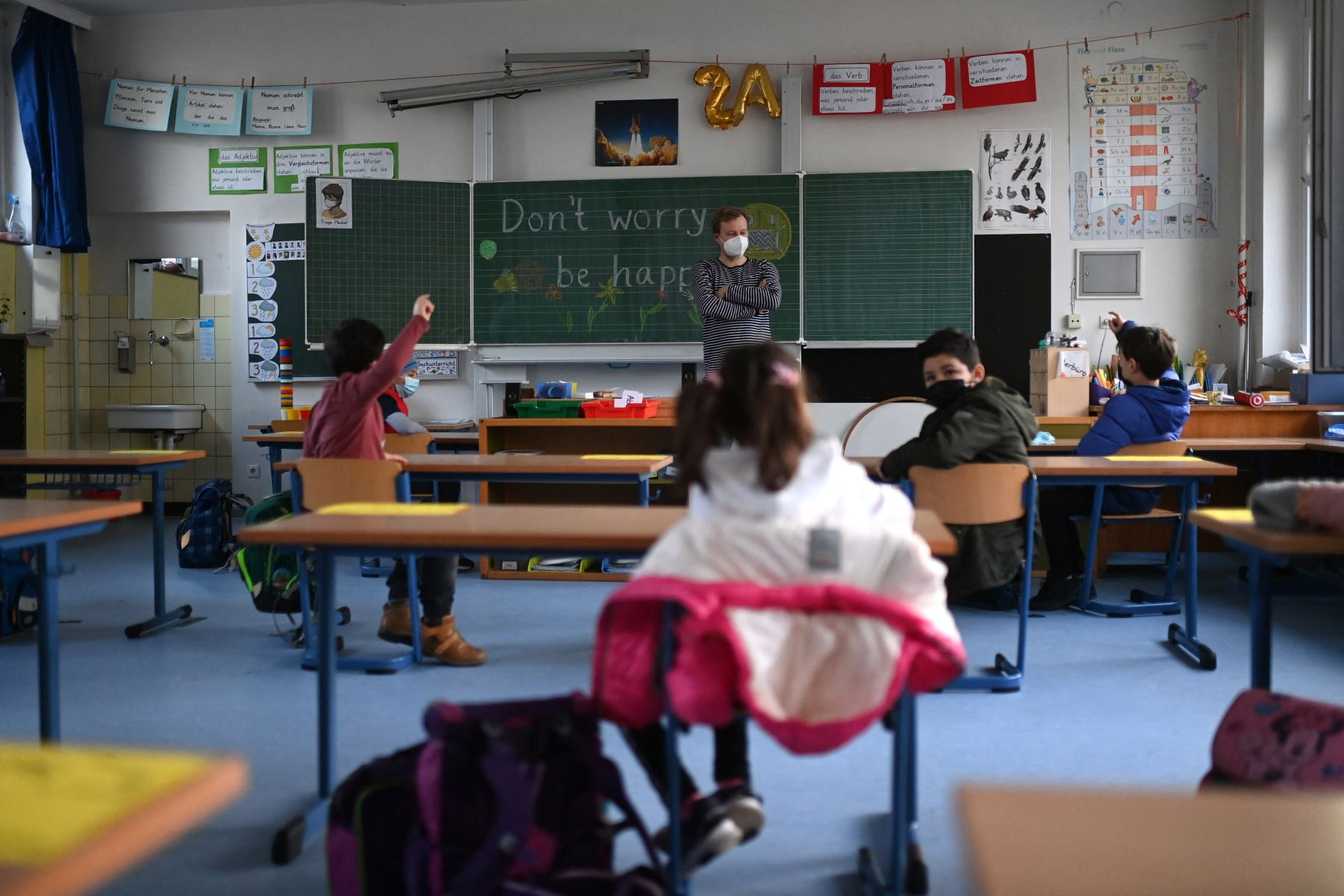 Los alumnos de segundo grado y su maestra usan máscaras faciales mientras asisten a lecciones escolares en la escuela primaria de Petri en Dortmund, Alemania occidental, el 22 de febrero de 2021, en medio de la pandemia Covid-19. Foto: AFP