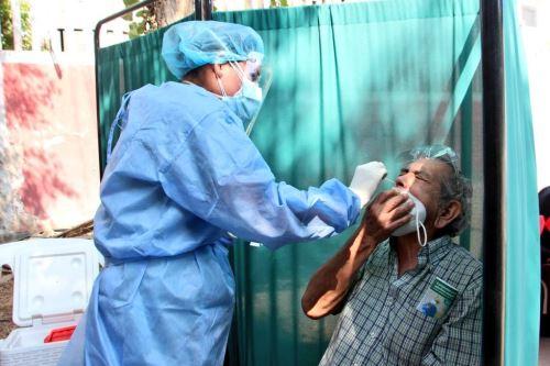 Un paciente se somete a un hisopado para una prueba molecular de descarte de covid-19. ANDINA/Difusión