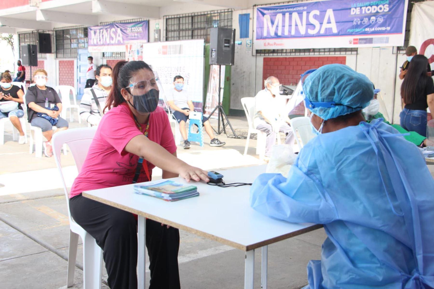 En Ate, personal del Ministerio de Salud realizó pruebas moleculares de diagnóstico covid-19 en el Centro Rápido de Atención Temporal, CRAT, instalado en la I.E. 1244 Micaela Bastidas. Foto: ANDINA/Minsa
