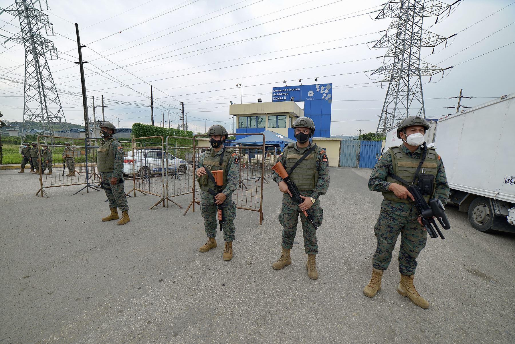 Miembros de la Fuerza Marítima Ecuatoriana custodian el Centro de Privación de Libertad Zona 8 en Guayaquil, Ecuador. Al menos 50 presos murieron en disturbios en tres cárceles en Ecuador. Foto: AFP