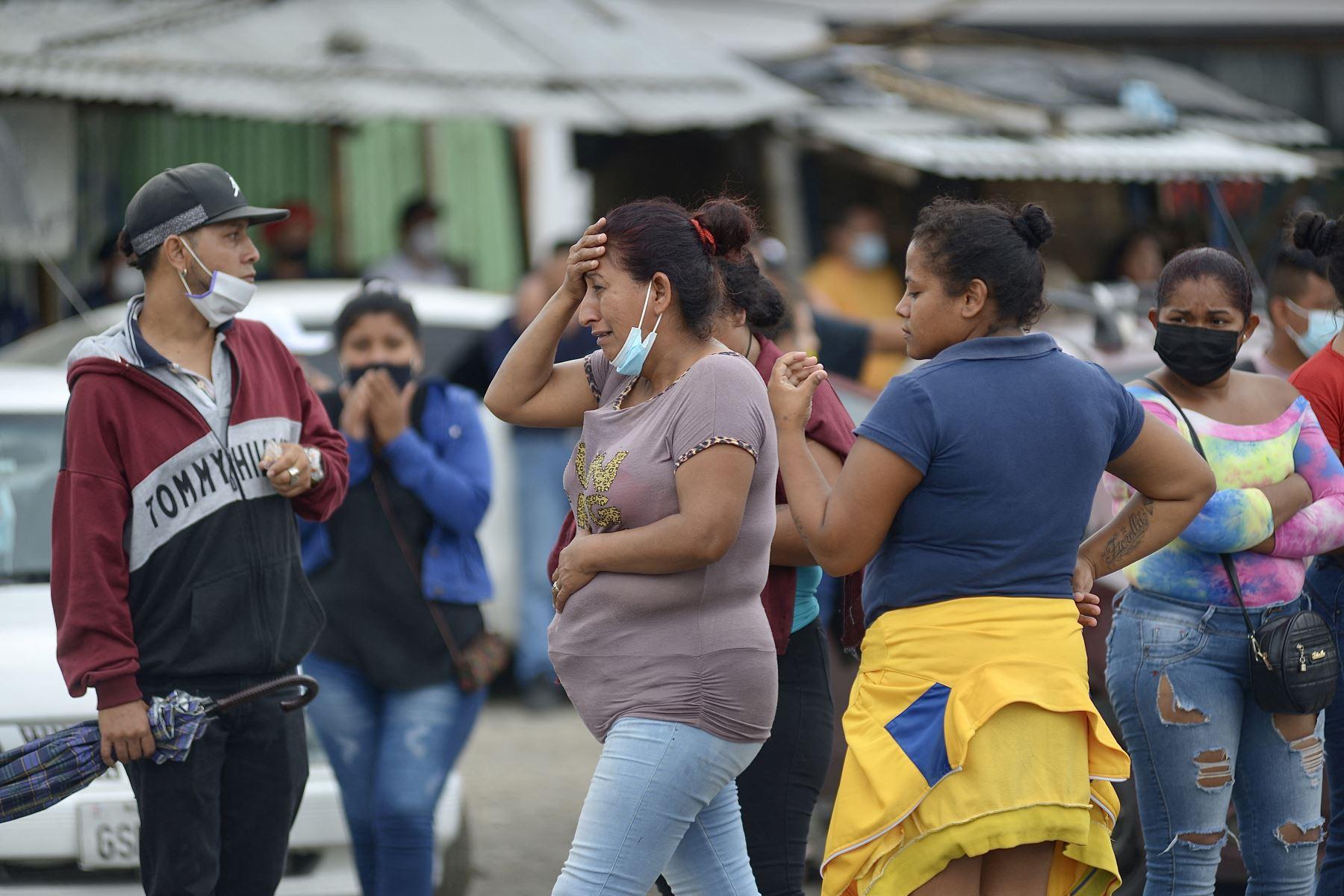 Los familiares de los presos en el Centro de Privación de Libertad Zona 8 son vistos mientras esperan noticias, en Guayaquil, Ecuador.Al menos 50 presos murieron en disturbios en tres cárceles en Ecuador. Foto AFP