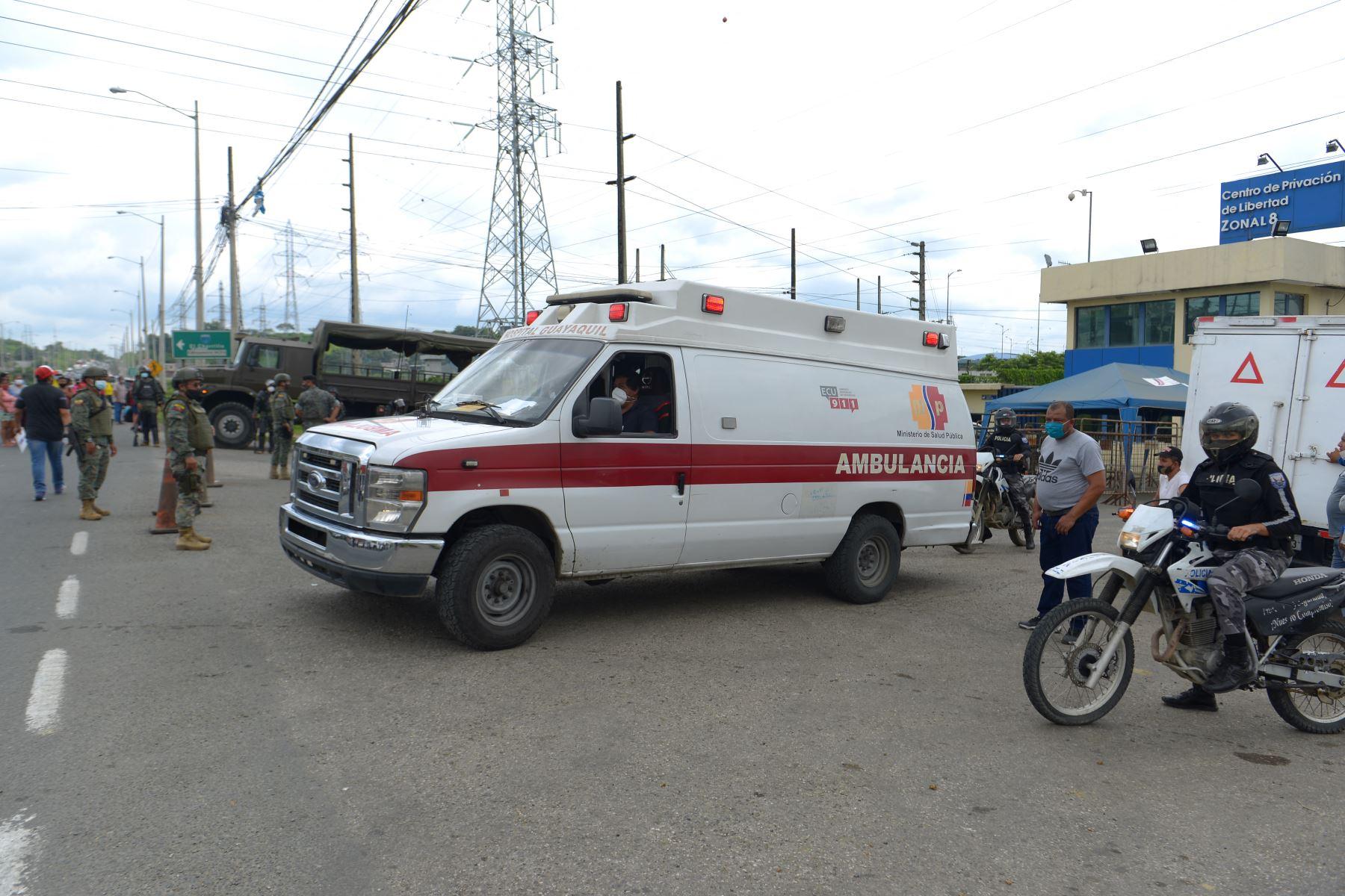 Una ambulancia sale del Centro de Privación de Libertad Zona 8 en Guayaquil, Ecuador. Al menos 50 reclusos murieron en disturbios en tres cárceles de Ecuador. Foto: AFP