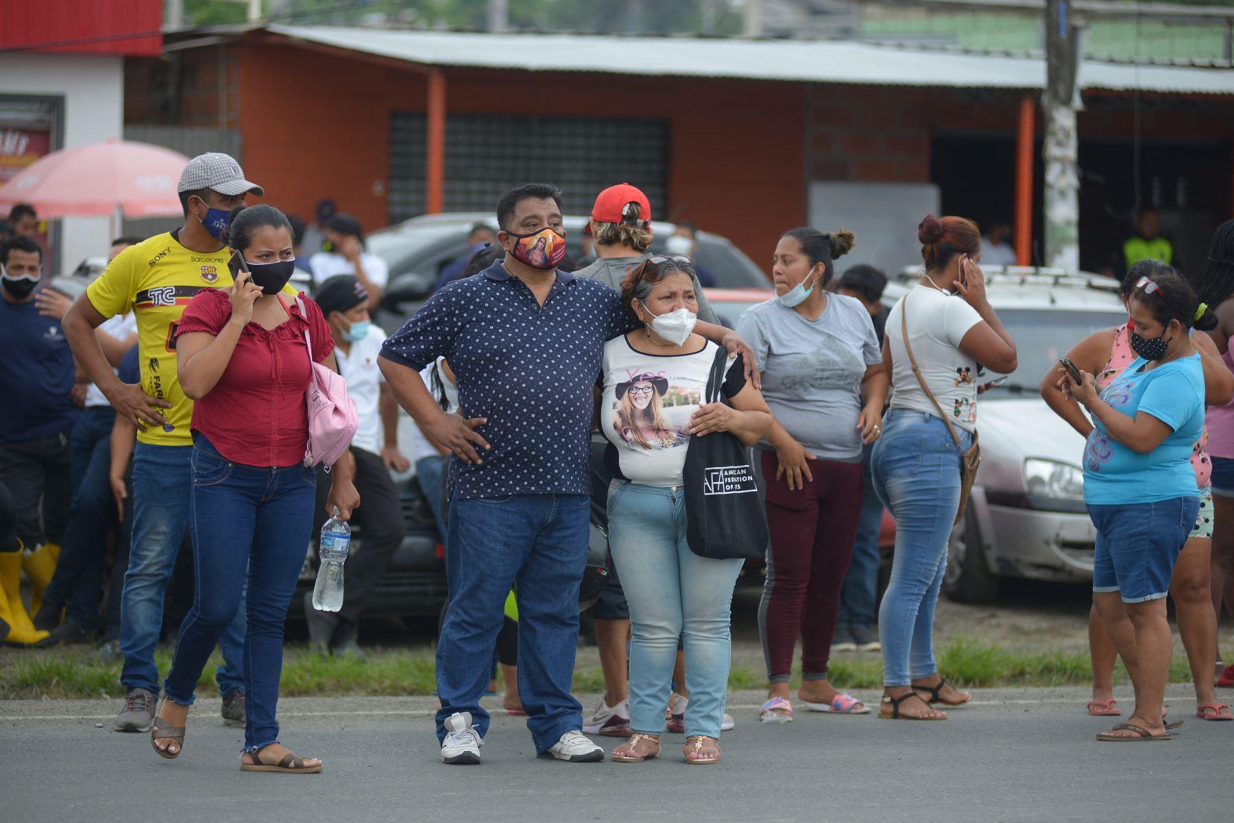 Los familiares de los presos en el Centro de Privación de Libertad Zona 8 son vistos mientras esperan noticias, en Guayaquil, Ecuador. Al menos 50 presos murieron en disturbios en tres cárceles en Ecuador. Foto: AFP