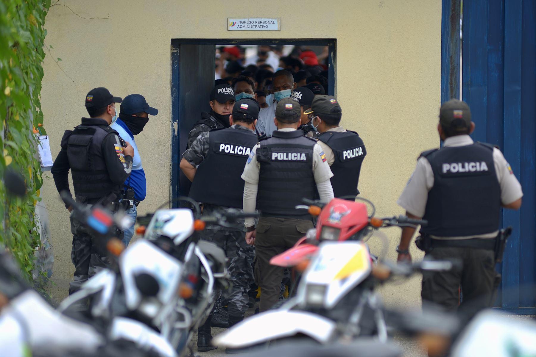 Policías ingresan al Centro de Rehabilitación Social de Guayas durante un amotinamiento, en Guayaquil (Ecuador). Más de 50 reclusos murieronen una serie de amotinamientos ocurridos en tres prisiones de varias ciudades de Ecuador. Foto: EFE