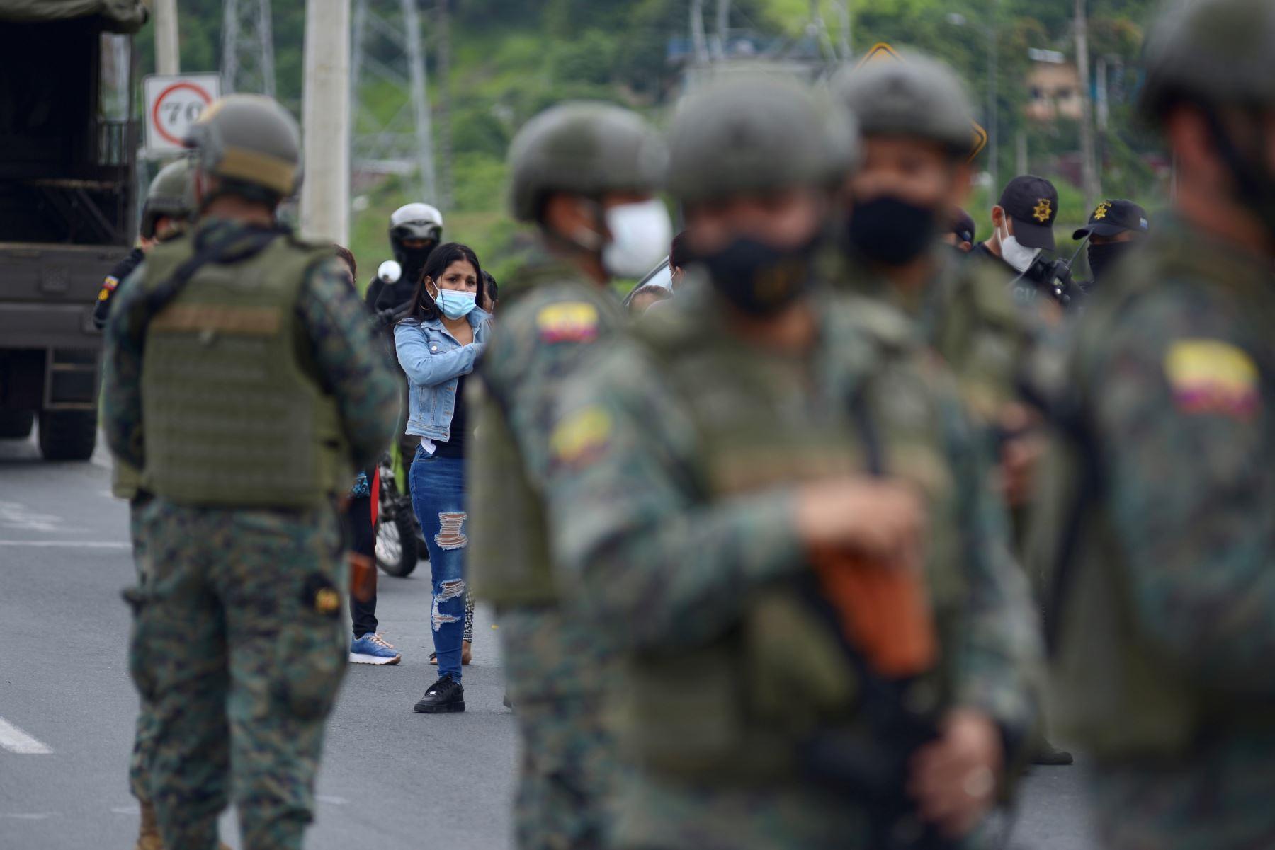 Militares acordonan hoy el Centro de Rehabilitación Social de Guayas, mientras familiares de los reclusos observan durante un amotinamiento, en Guayaquil (Ecuador). Más de 50 reclusos murieron en una serie de amotinamientos ocurridos en tres prisiones de varias ciudades de Ecuador. Foto: AFP