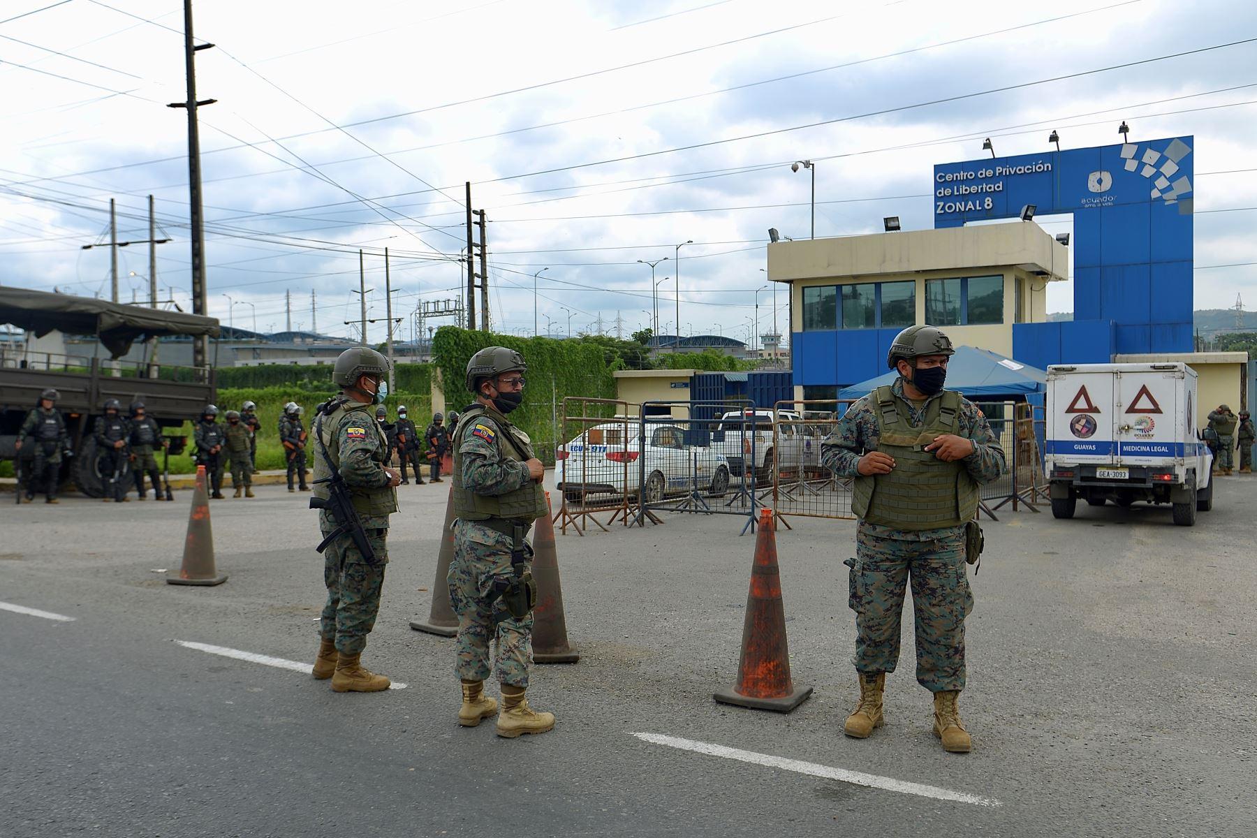 Militares acordonan  el Centro de Privación de Libertad Zonal 8 durante un amotinamiento, en Guayaquil (Ecuador). Más de 50 reclusos murieron  en una serie de amotinamientos ocurridos en tres prisiones de varias ciudades de Ecuador. Foto: EFE