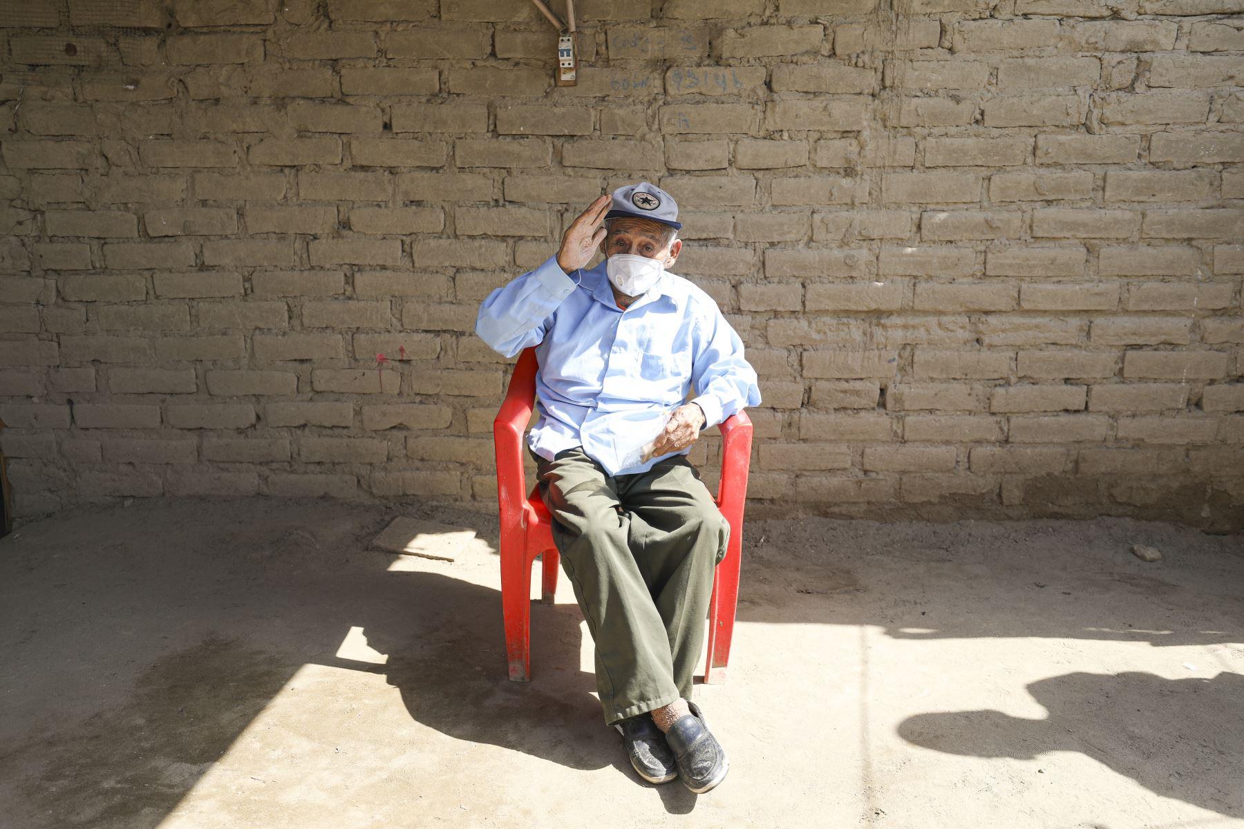 Francisco Uchuya Mendoza tiene 89 años y una lucidez tremenda. Recibió el Bono 600 y su Pensión 65 en su casa de adobe, en el distrito de La Tinguiña, en Ica. Foto: MIDIS