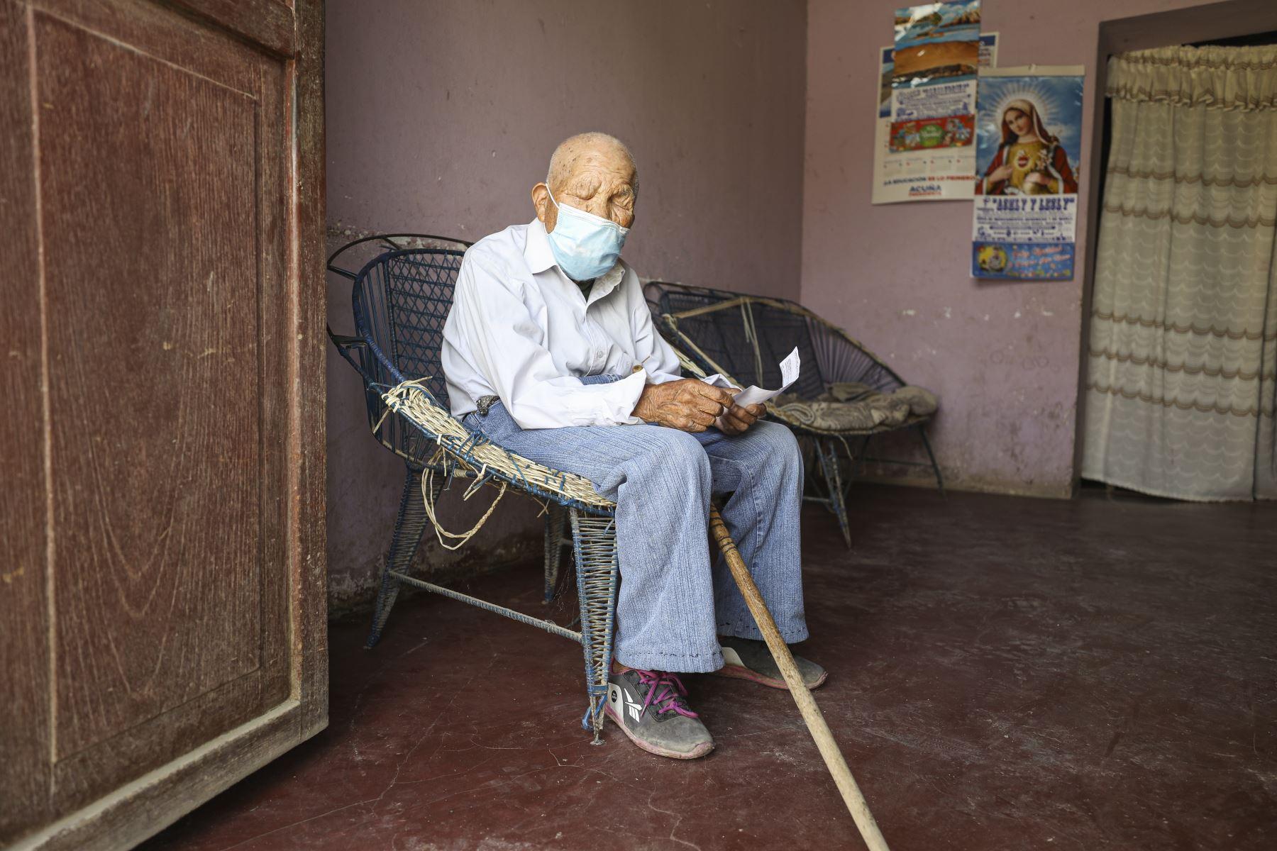 Cleofé Lima Pérez (95) no ve desde niño y ahora tampoco oye y casi no habla. Recibió al