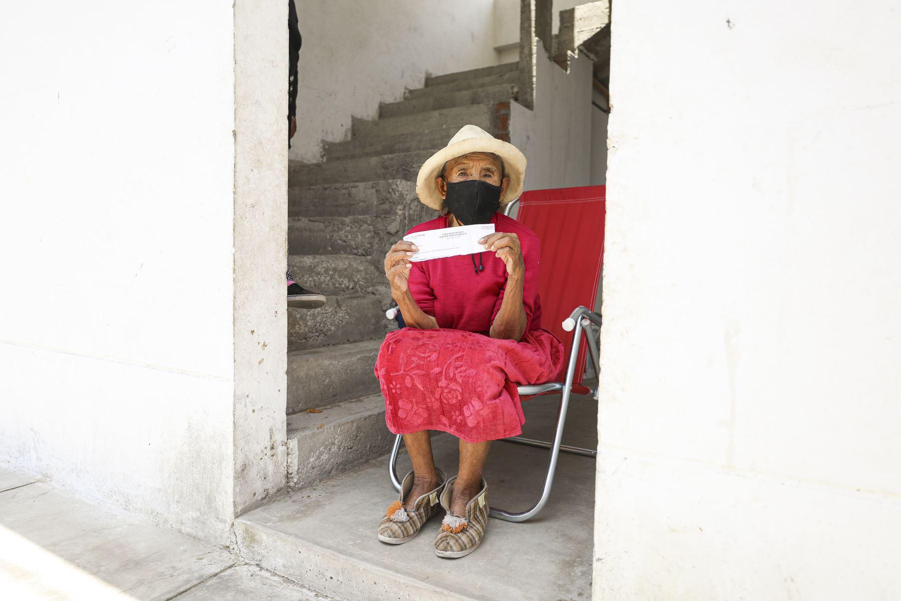 En Salas Guadalupe, Ica, vive Grimaldina Quispe Román 91. De su natal Apurímac se trajo el quechua y sus remembranzas de la época en la que criaba animales. Dice que con el Bono 600 que recibió a domicilio comprará queso, mote y otros alimentos que le gustan desde niña. Foto: MIDIS