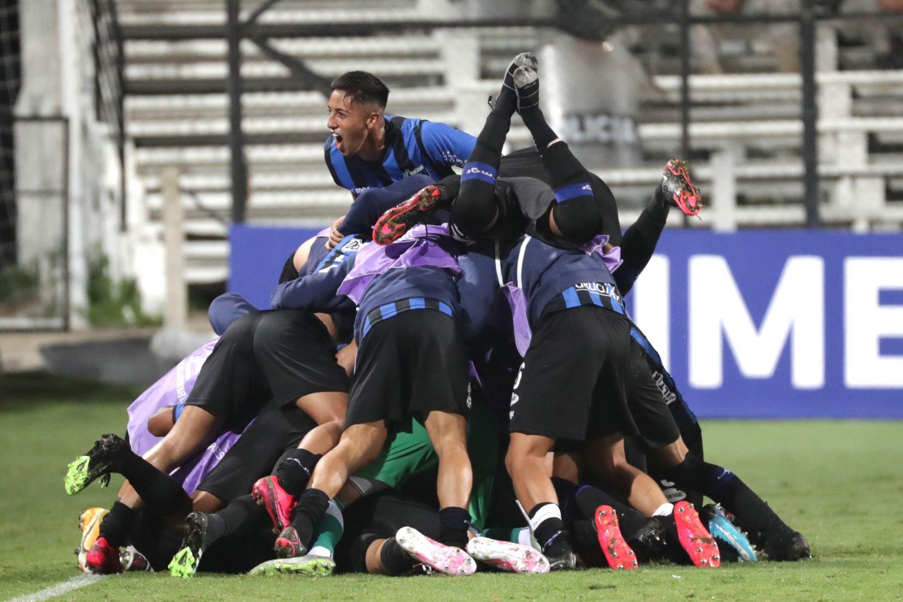 Jugadores de Liverpool celebran un gol de Martín Correa, en un partido de la primera fase de la Copa Libertadores entre Liverpool y Universidad Católica en el estadio Parque Viera en Montevideo. Foto: AFP