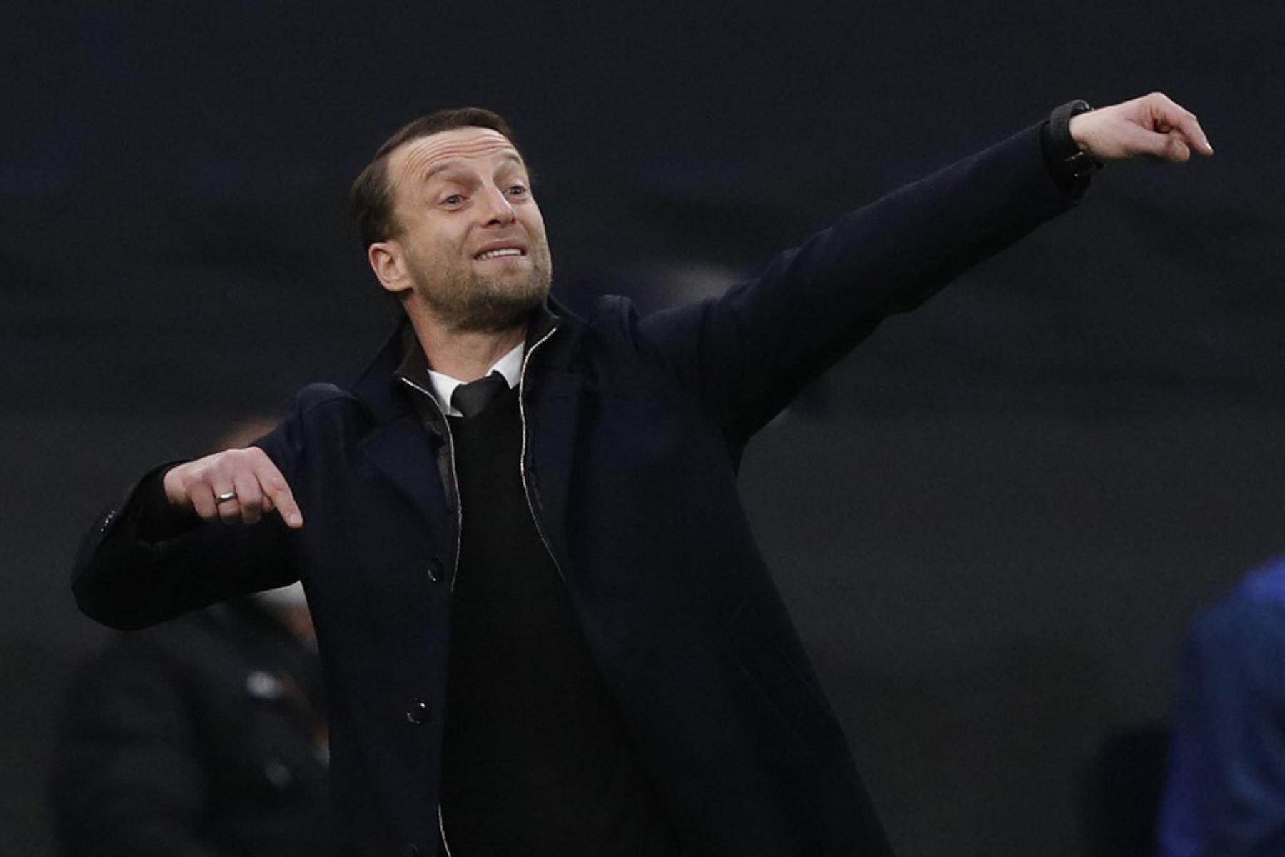 El entrenador del Wolfsberger, Ferdinand Feldhofer, hace gestos desde las líneas laterales durante el último partido de la segunda etapa de la UEFA Europa League entre el Tottenham Hotspur y el Wolfsberg en el Tottenham Hotspur Stadium de Londres  Foto:AFP