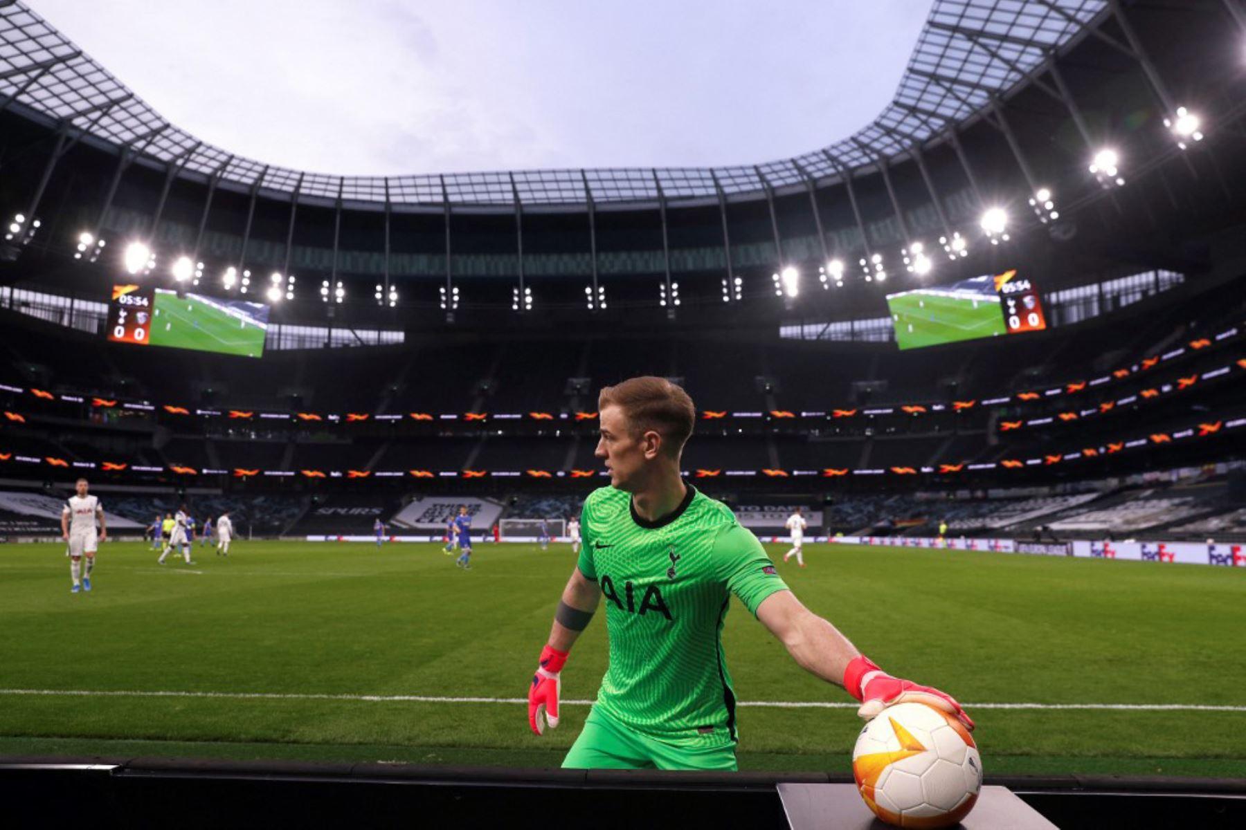 El portero inglés del Tottenham Hotspur, Joe Hart, agarra un balón desde el banquillo durante el partido de fútbol de los últimos 32 segundos de la UEFA Europa League entre Tottenham Hotspur y Wolfsberg en el Tottenham Hotspur Stadium de Londres  Foto:AFP