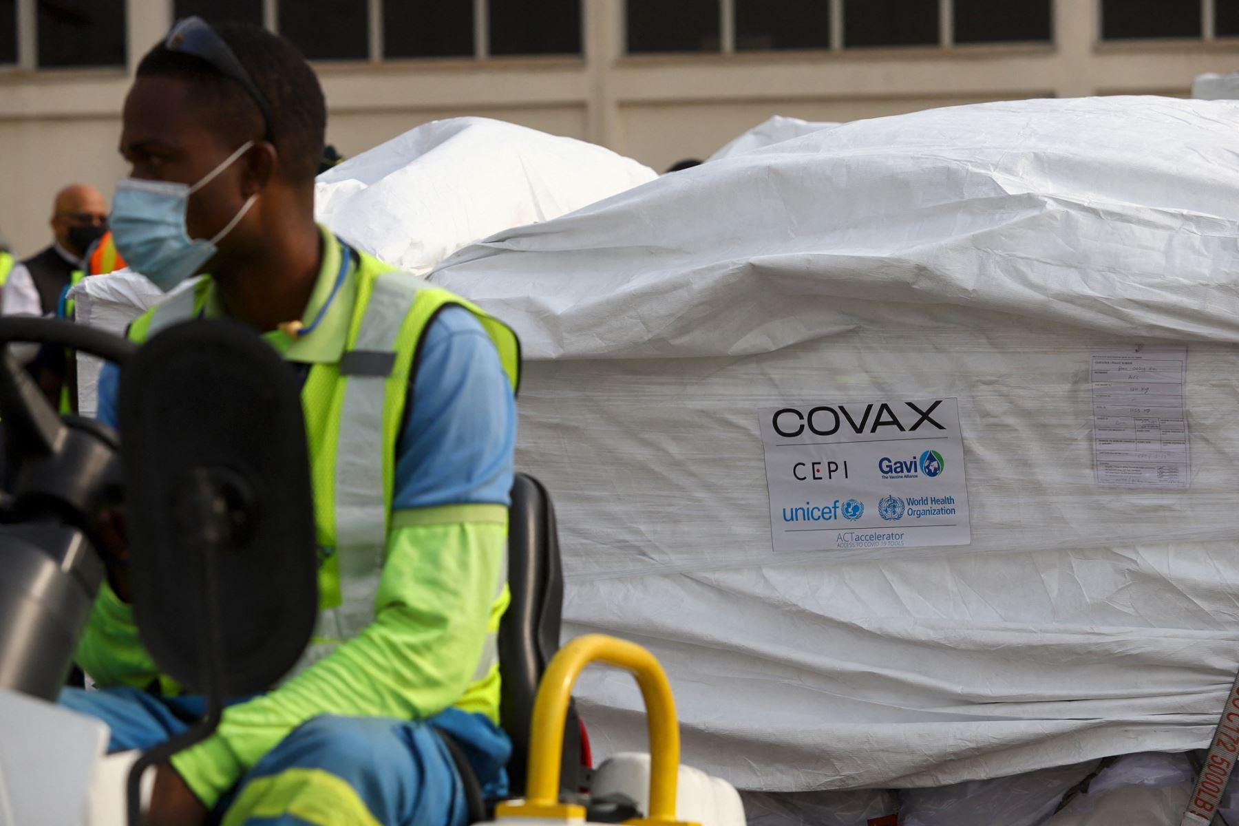 Ghana recibió el primer envío de vacunas AstraZeneca/ Oxford contra la Covid-19 adquiridas a través del mecanismo COVAX, en el Aeropuerto Internacional de Kotoka, en Accra, el 24 de febrero del 2021. Foto: AFP