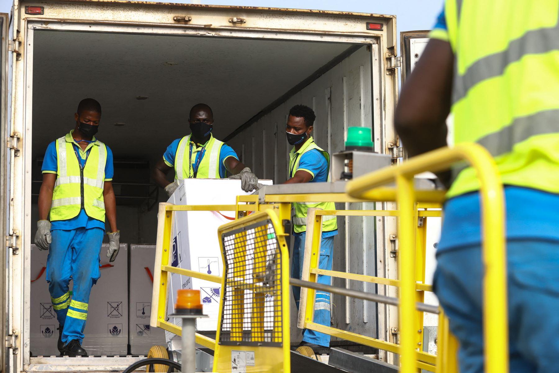 Los trabajadores descargan un envío de vacunas contra la Covid-19 de Covax, en el Aeropuerto Internacional de Kotoka en Accra, el 24 de febrero de 2021. Foto: AFP