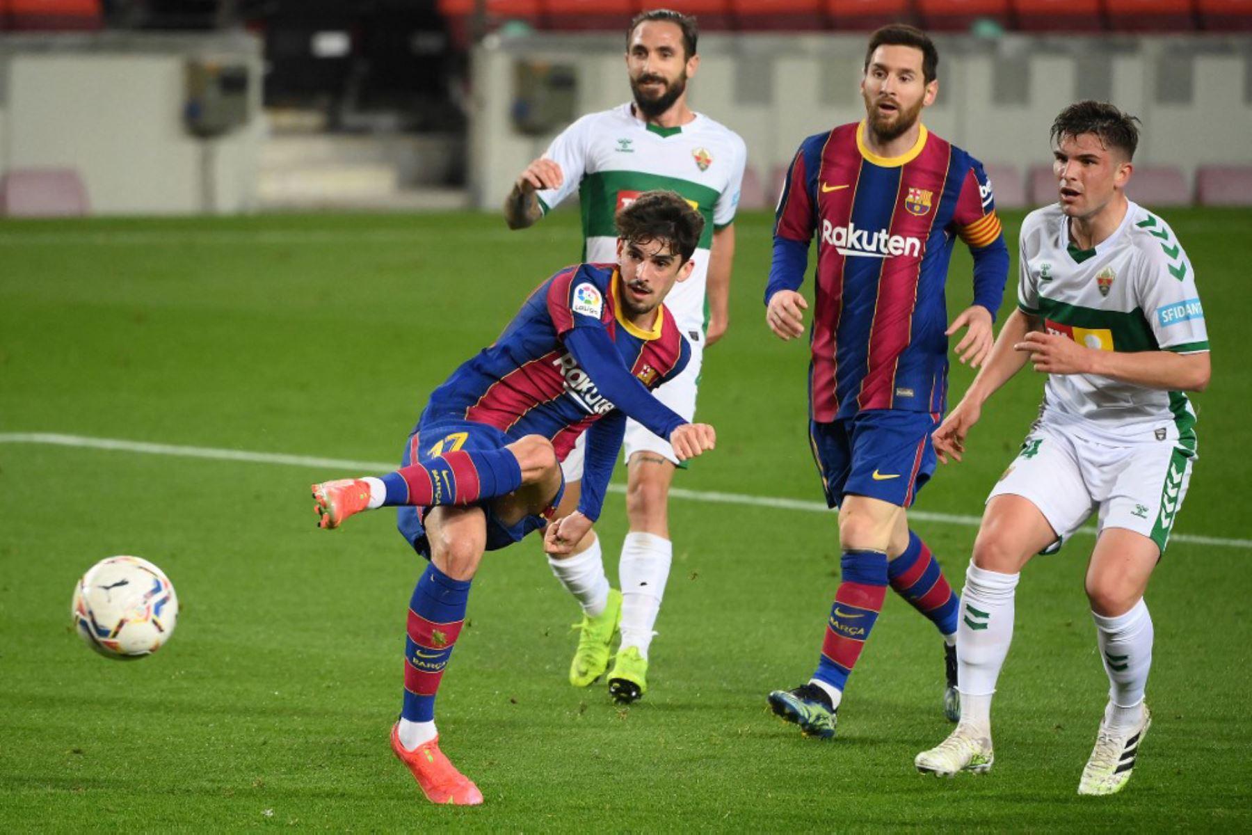 El delantero portugués del Barcelona Francisco Trincao (L) patea el balón en un intento de anotar durante el partido de fútbol de la liga española entre el FC Barcelona y Elche CF en el estadio Camp Nou de Barcelona  Foto:AFP