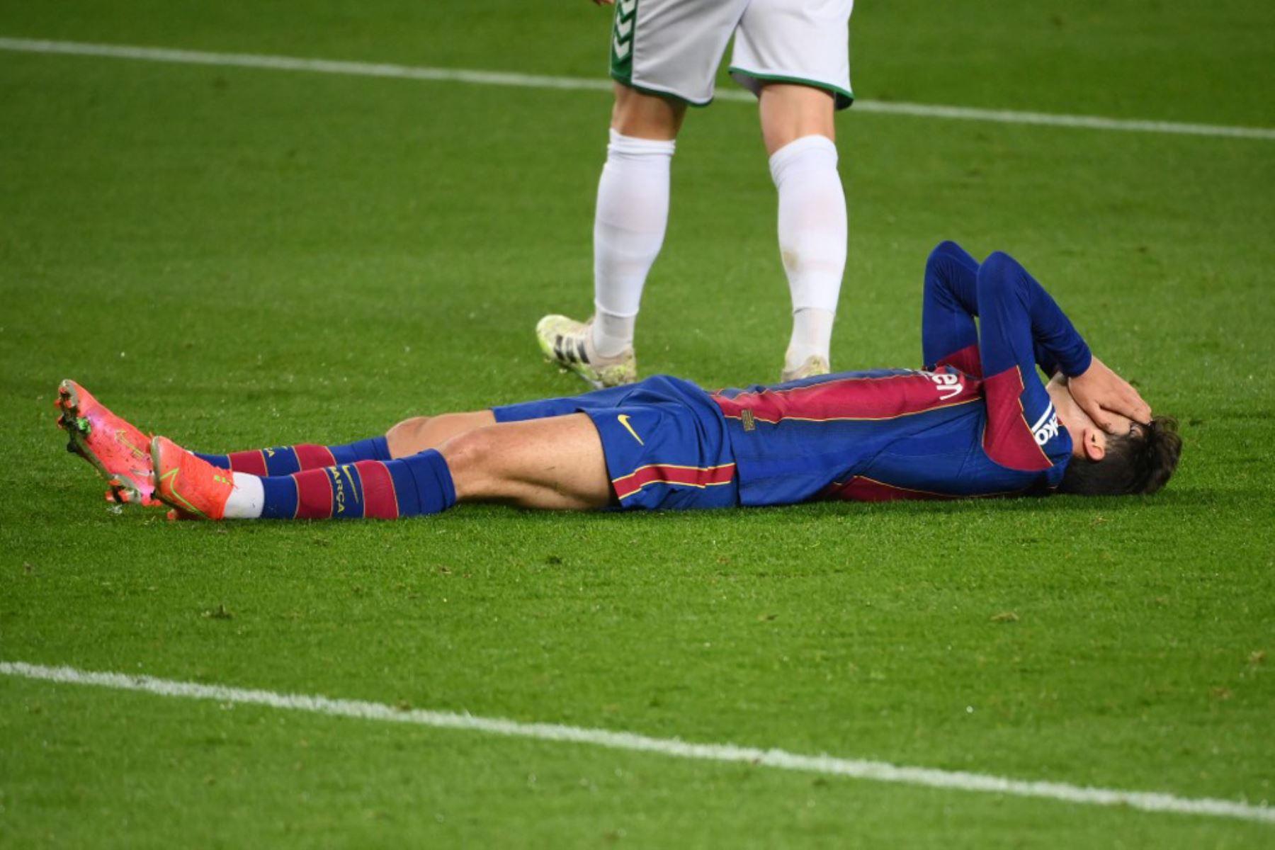 El delantero portugués del Barcelona Francisco Trincao reacciona tras perder una oportunidad de gol durante el partido de fútbol de la liga española entre el FC Barcelona y Elche CF en el estadio Camp Nou de Barcelona  Foto:AFP