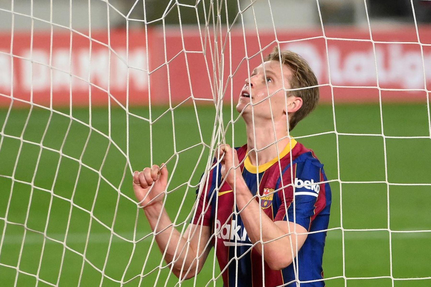 El centrocampista holandés del Barcelona, Frenkie De Jong, reacciona tras perder una oportunidad de gol durante el partido de fútbol de la liga española entre el FC Barcelona y el Elche CF en el estadio Camp Nou de Barcelona  Foto:AFP