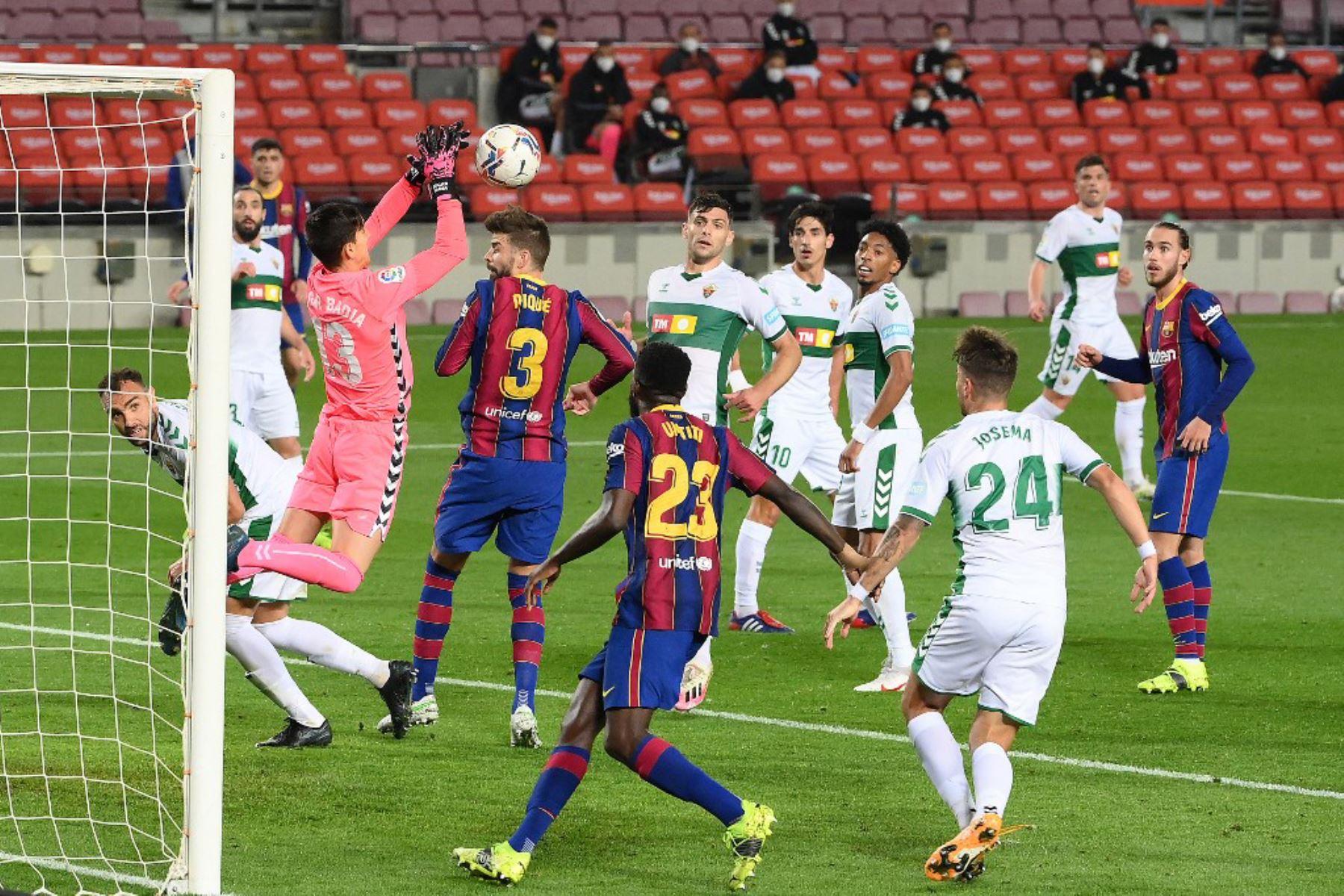 El portero español del Elche Edgar Badia (izq.) Bloquea un disparo a puerta durante el partido de fútbol de la liga española entre el FC Barcelona y el Elche CF en el estadio Camp Nou de Barcelona  Foto:AFP