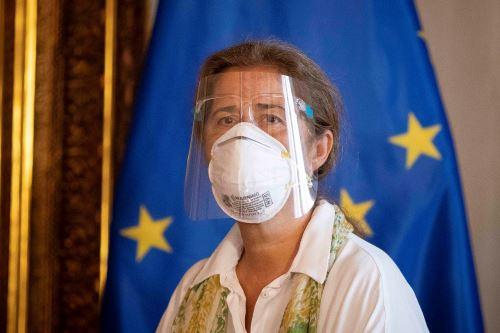 La embajadora de la Unión Europea en Venezuela, Isabel Brilhante, reacciona hoy mientras recibe una carta del canciller venezolano, Jorge Arreaza, en la que se le declara oficialmente como persona no grata, en Caracas, Venezuela. Foto: EFE