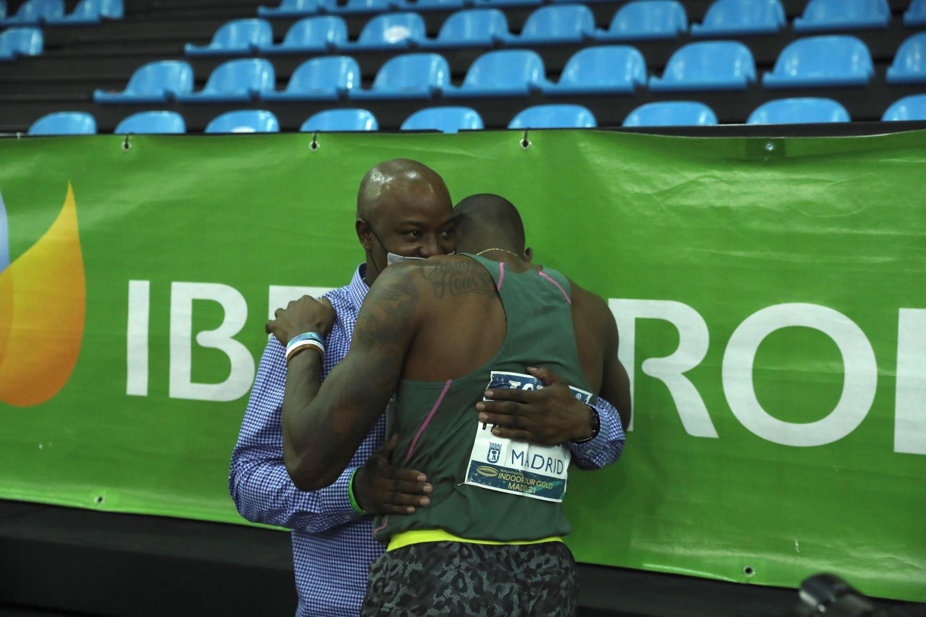 El atleta estadounidense Grant Holloway se conmueve tras haber batido el record de los 60 metros vallas logrado en la Reunión Internacional de Atletismo Villa de Madrid 2021. Foto: EFE