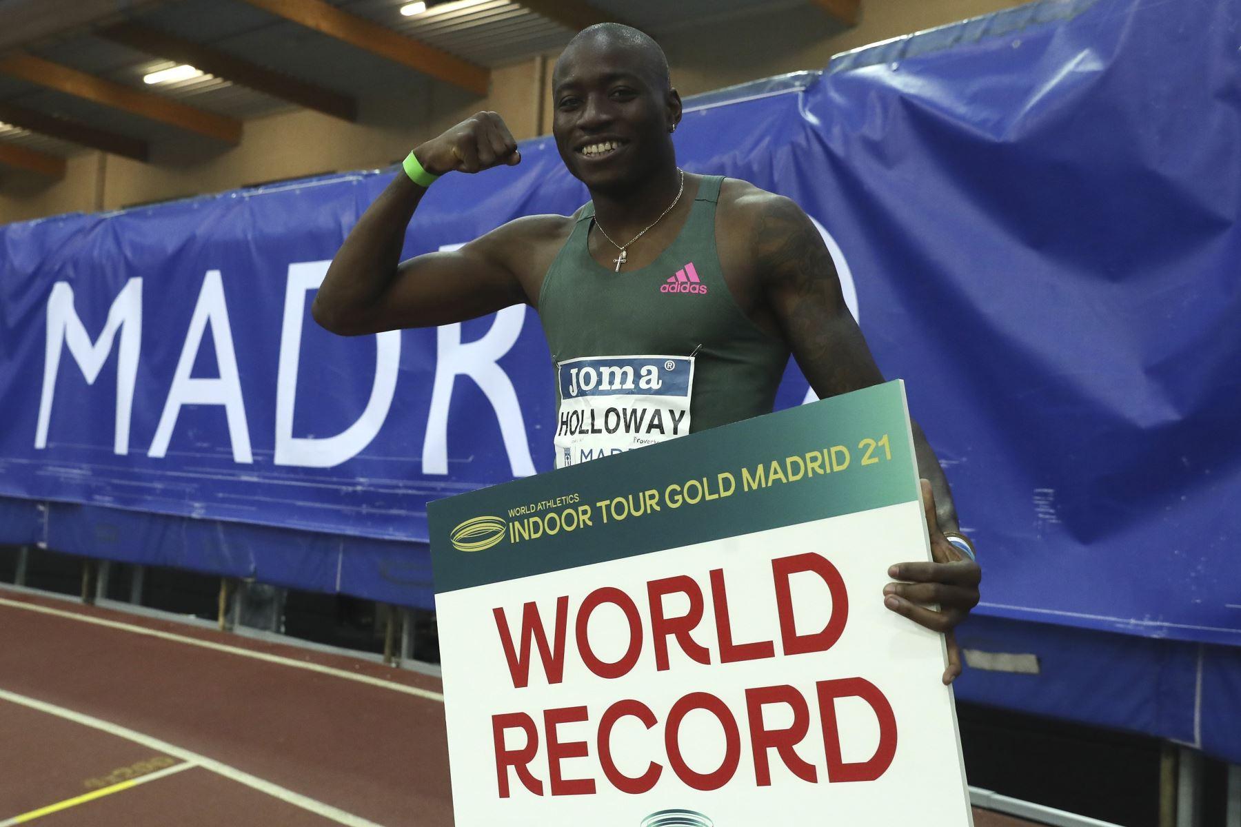 El atleta estadounidense Grant Holloway posa tras haber batido el récord mundial de los 60 metros vallas logrado en la Reunión Internacional de Atletismo Villa de Madrid 2021. Foto: EFE