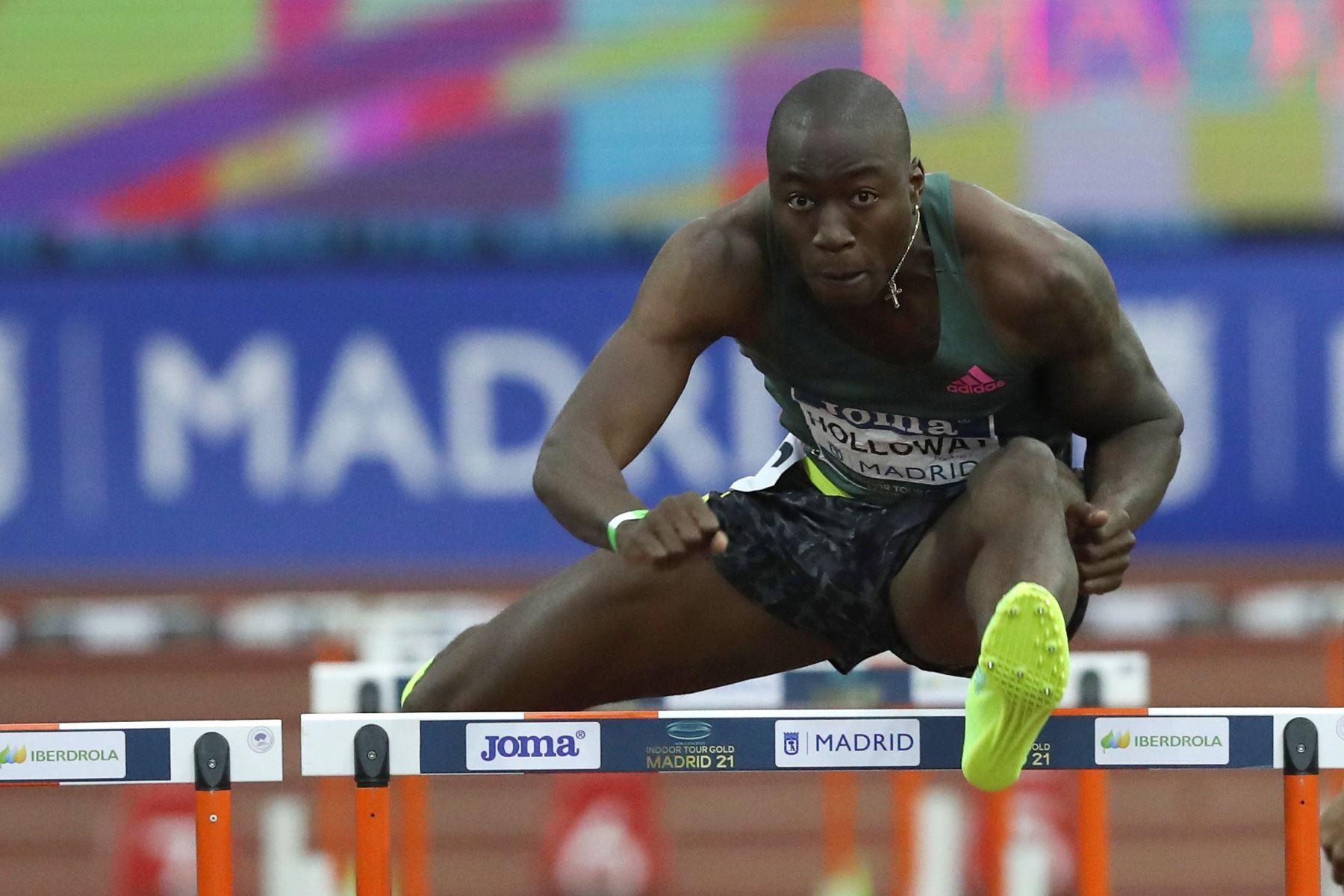 El atleta estadounidense Grant Holloway en la carrera en la que ha batido el récord mundial de los 60 metros vallas logrado en la Reunión Internacional de Atletismo Villa de Madrid 2021. Foto: EFE