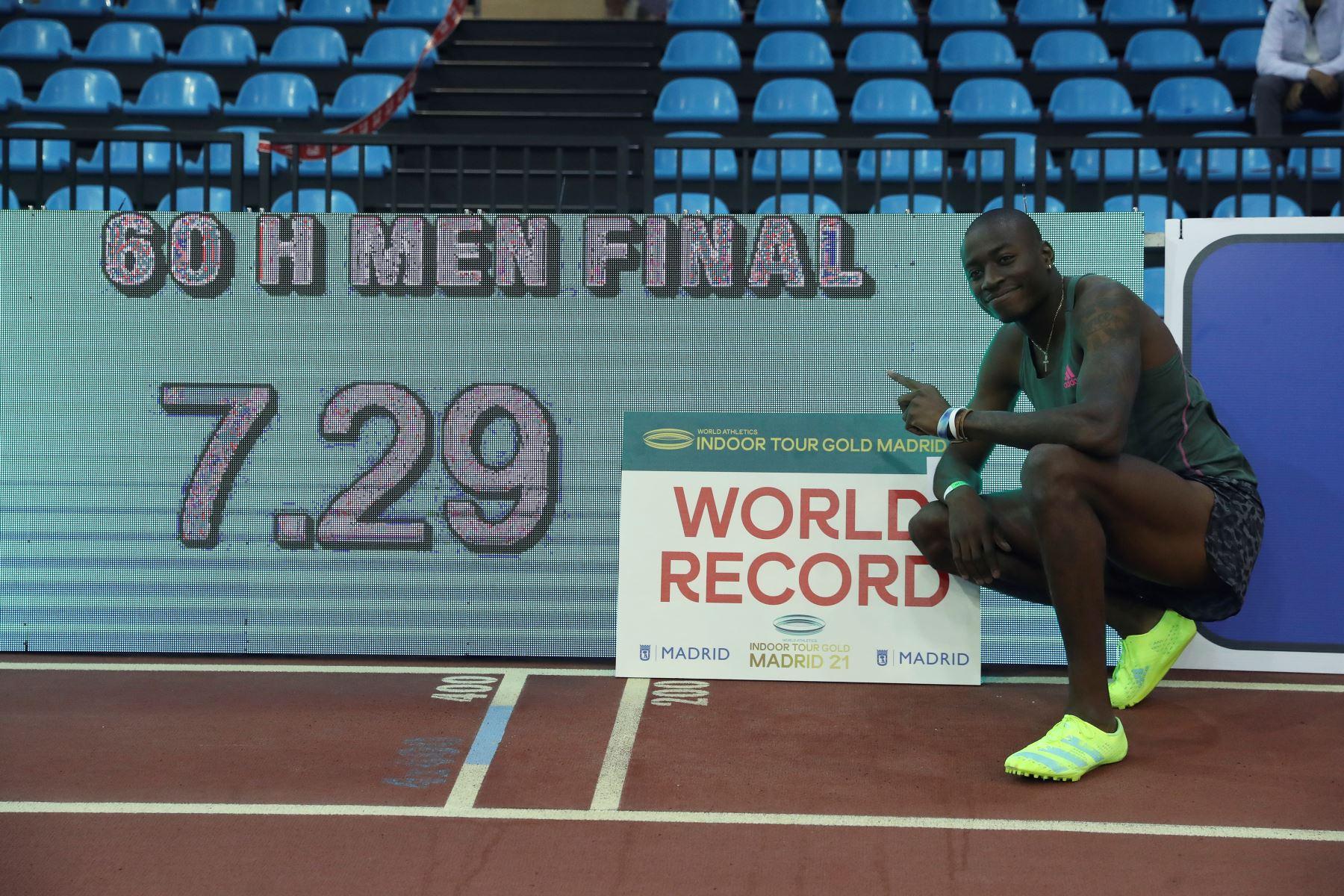 El atleta estadounidense Grant Holloway posa tras haber batido el record de los 60 metros vallas logrado en la Reunión Internacional de Atletismo Villa de Madrid 2021. Foto: EFE