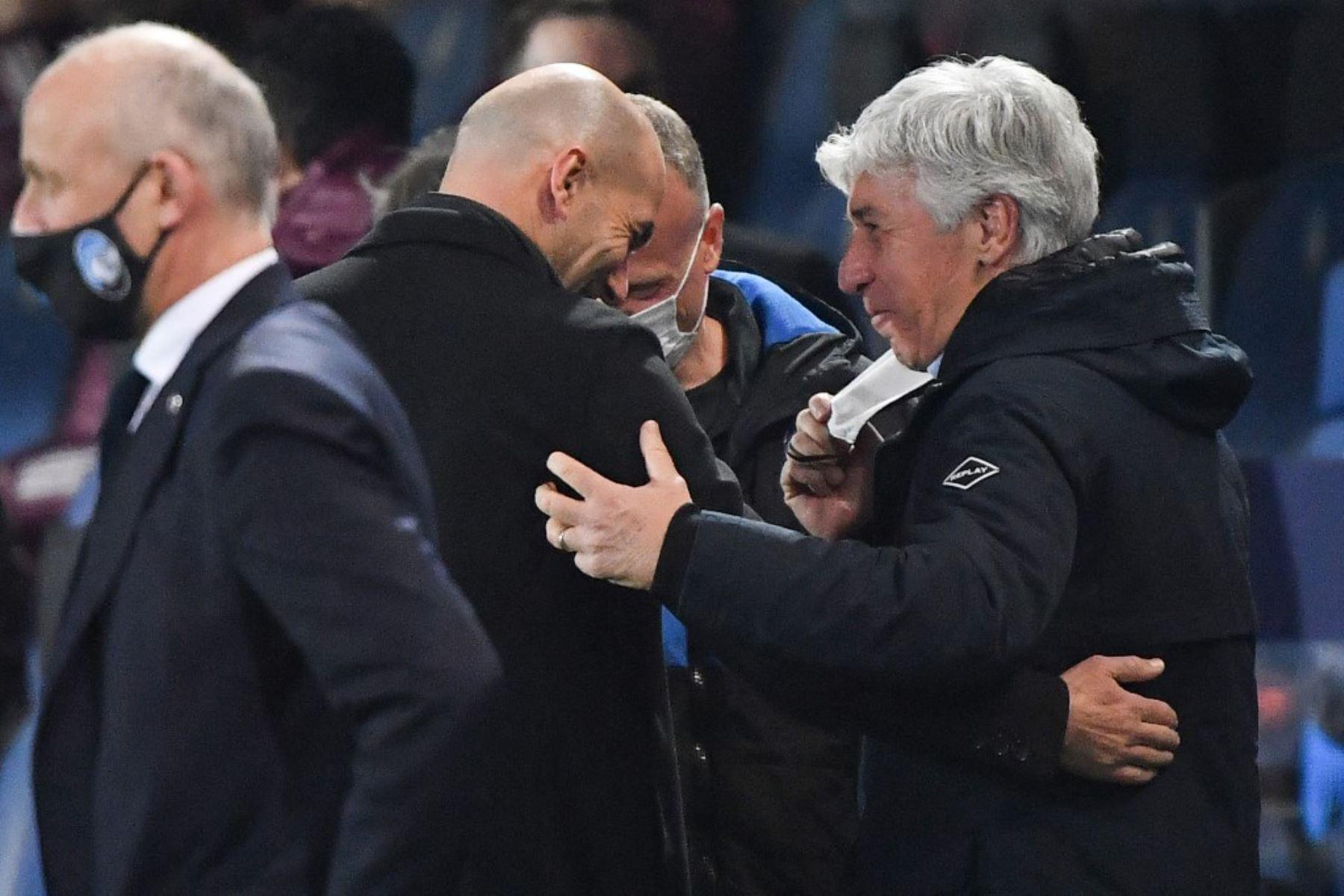 El entrenador francés del Real Madrid, Zinedine Zidane (C), y el entrenador italiano del Atalanta, Gian Piero Gasperini (R), se saludan antes del partido de ida de los octavos de final de la Liga de Campeones de la UEFA Atalanta vs Real Madrid  Foto:AFP