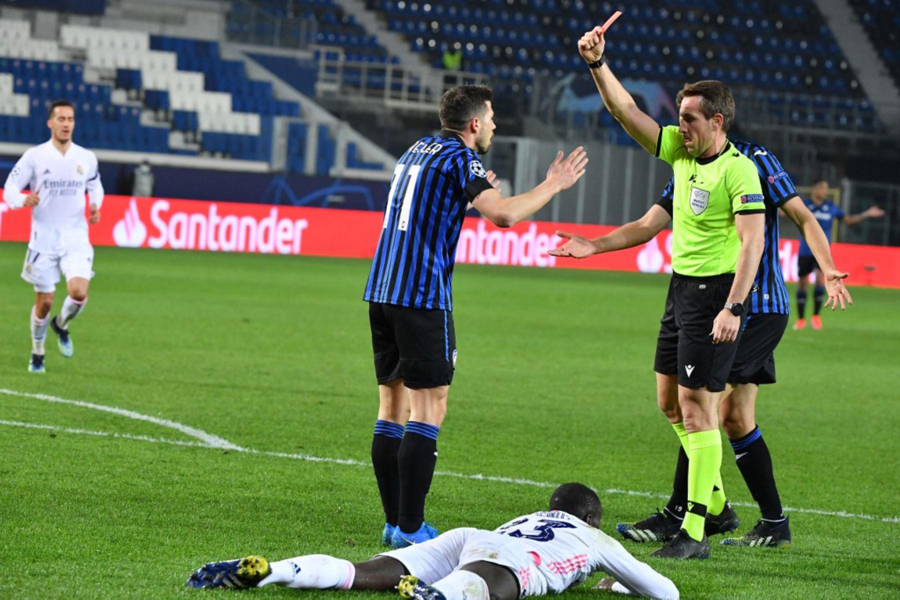 El árbitro alemán Tobias Stieler le da una tarjeta roja al centrocampista suizo del Atalanta Remo Freuler durante los octavos de final de la Liga de Campeones de la UEFA el partido de ida Atalanta vs Real Madrid  Foto:AFP