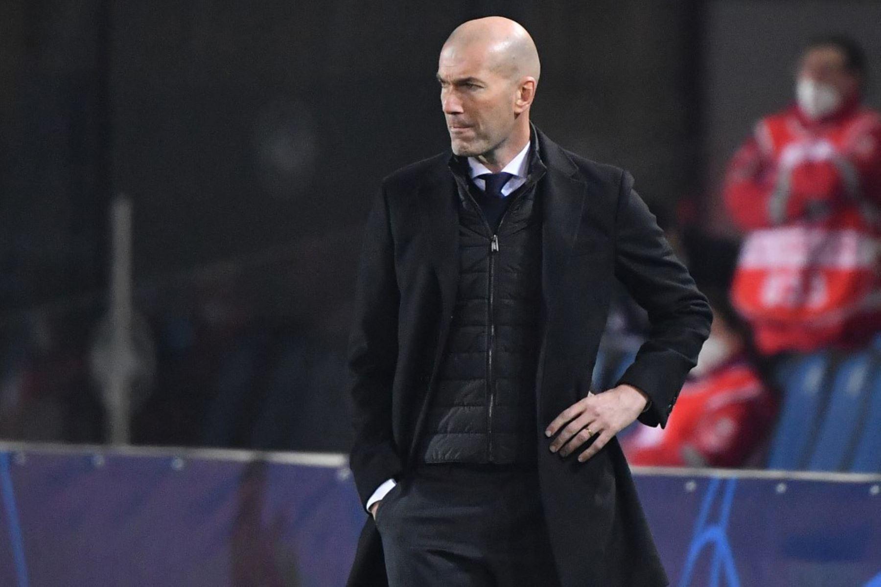 El entrenador francés del Real Madrid, Zinedine Zidane, mira durante el partido de ida de los octavos de final de la Liga de Campeones de la UEFA Atalanta vs Real Madrid  Foto:AFP