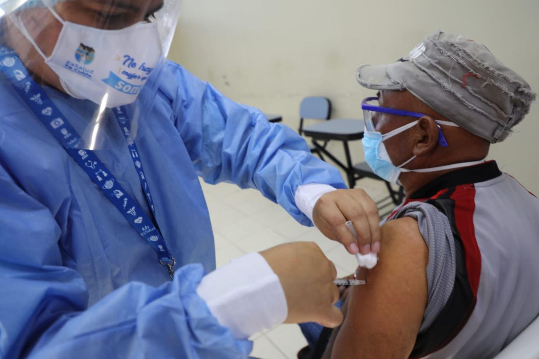 El Seguro Social de Salud, EsSalud, culminó la primera etapa de inmunización contra el covid-19 a cientos de trabajadores asistenciales, pertenecientes a los centros de atención primaria de Barranca, Chancay, Huaral, Oyón, Paramonga y Huaura, así como personal del Hospital Gustavo Lanatta Luján de Huacho, pertenecientes a red Sabogal. Foto: EsSalud