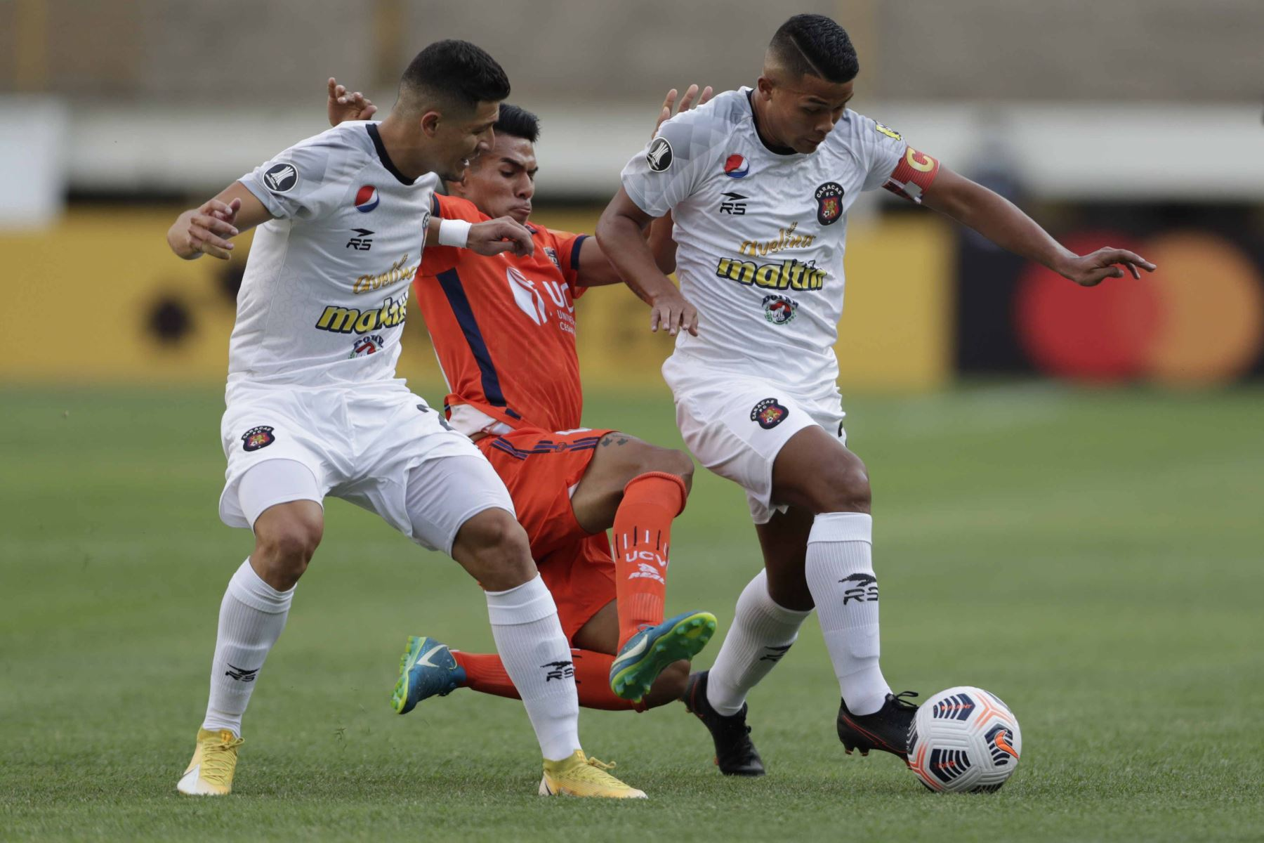 Jorge Echeverría  de Caracas avanza con el balón , en un partido dela primera fase de la Copa Libertadores entre Cesar Vallejo y Caracas FC en el estadio Monumental U en Lima. Foto: EFE