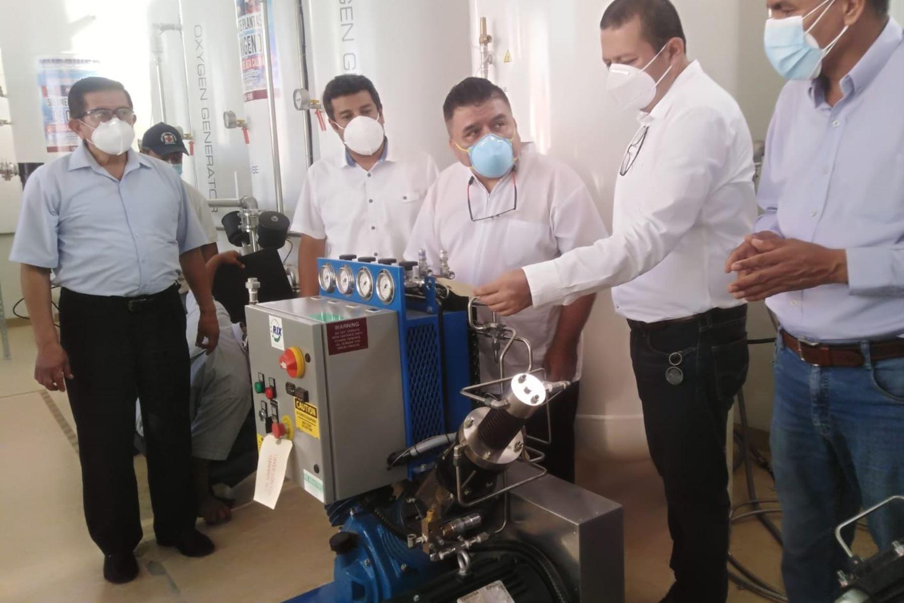 Gobernador regional de Lambayeque (e), Luis Díaz, supervisa las mejoras en la planta de oxígeno medicinal del hospital regional.