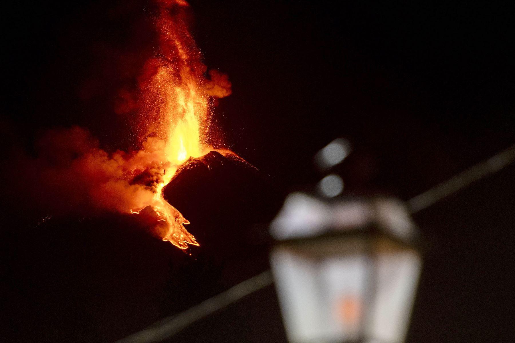 El volcán más activo de Europa, y muy cercano a la ciudad-puerto de Catania (costa este de Italia), ha estado con gran actividad las últimas semanas. Foto: AFP