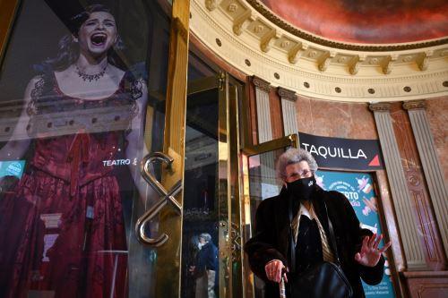 Coronavirus: jubilados vacunados ya pueden disfrutar de obras de teatro en España