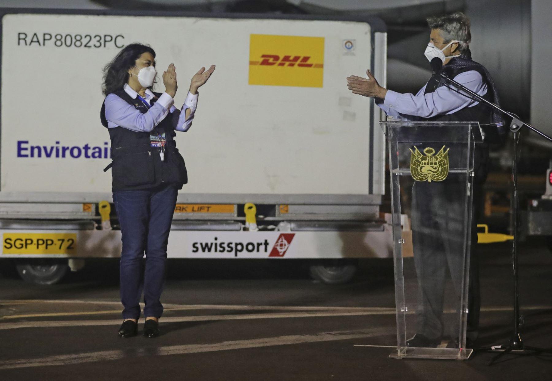 Presidente Francisco Sagasti y premier Violeta Bermúdez reciben el primer lote de vacunas Sinopharm en el Grupo Aéreo 8, el 7 de febrero. Los primeros 100 días del presidente Francisco Sagasti. Foto: ANDINA