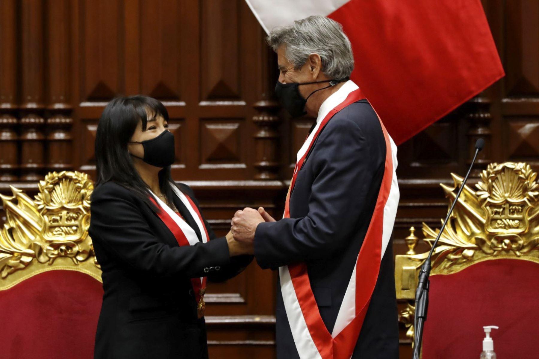 Toma de mando del presidente Francisco Sagasti, es felicitado por la presidenta del congreso, Mirtha Vásquez. Los primeros 100 días de gobierno. Foto: ANDINA