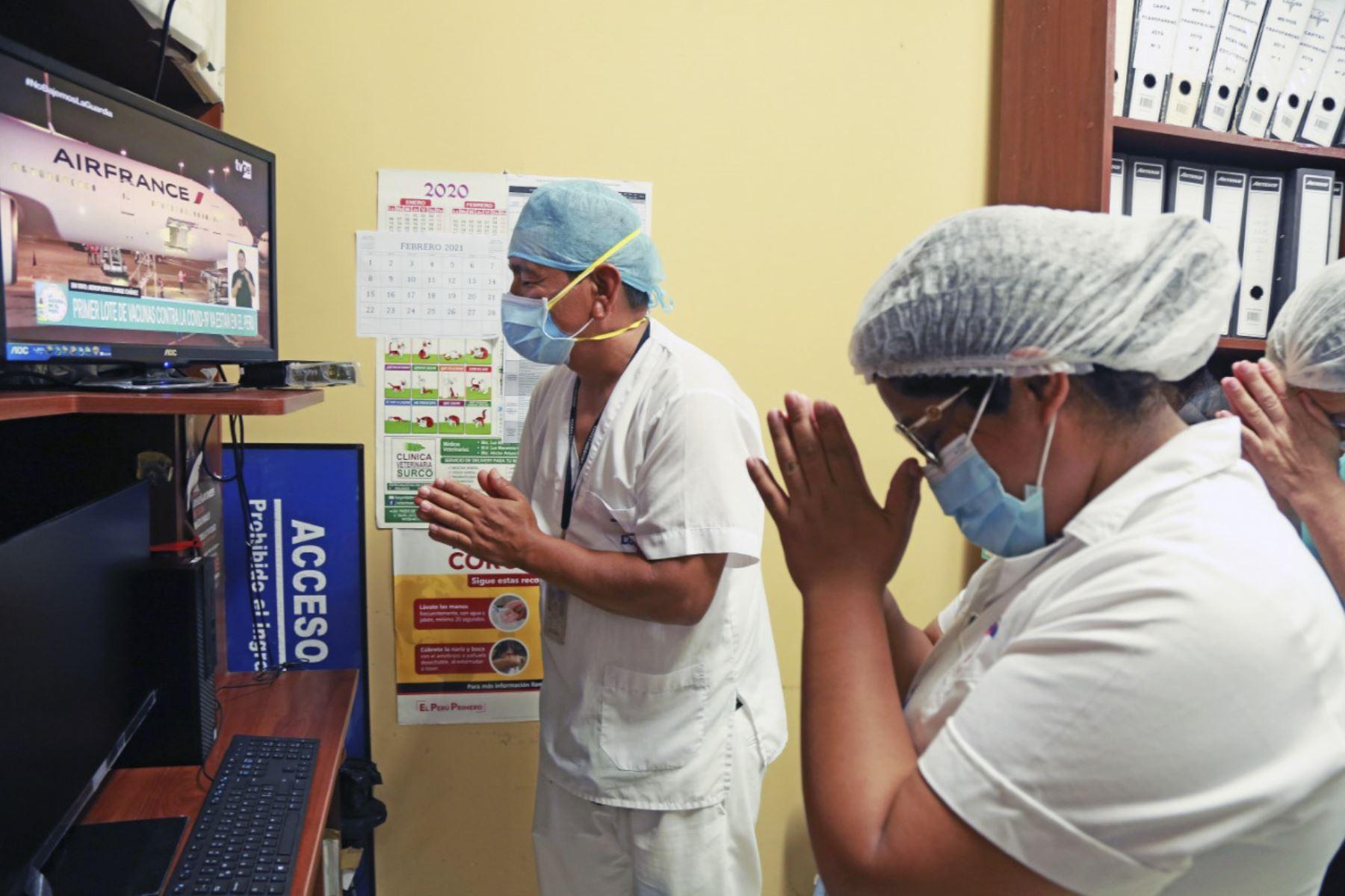 Médicos de primera línea agradecen la llegada de las vacunas al país. Los primeros 100 días del presidente Francisco Sagasti. Foto: ANDINA