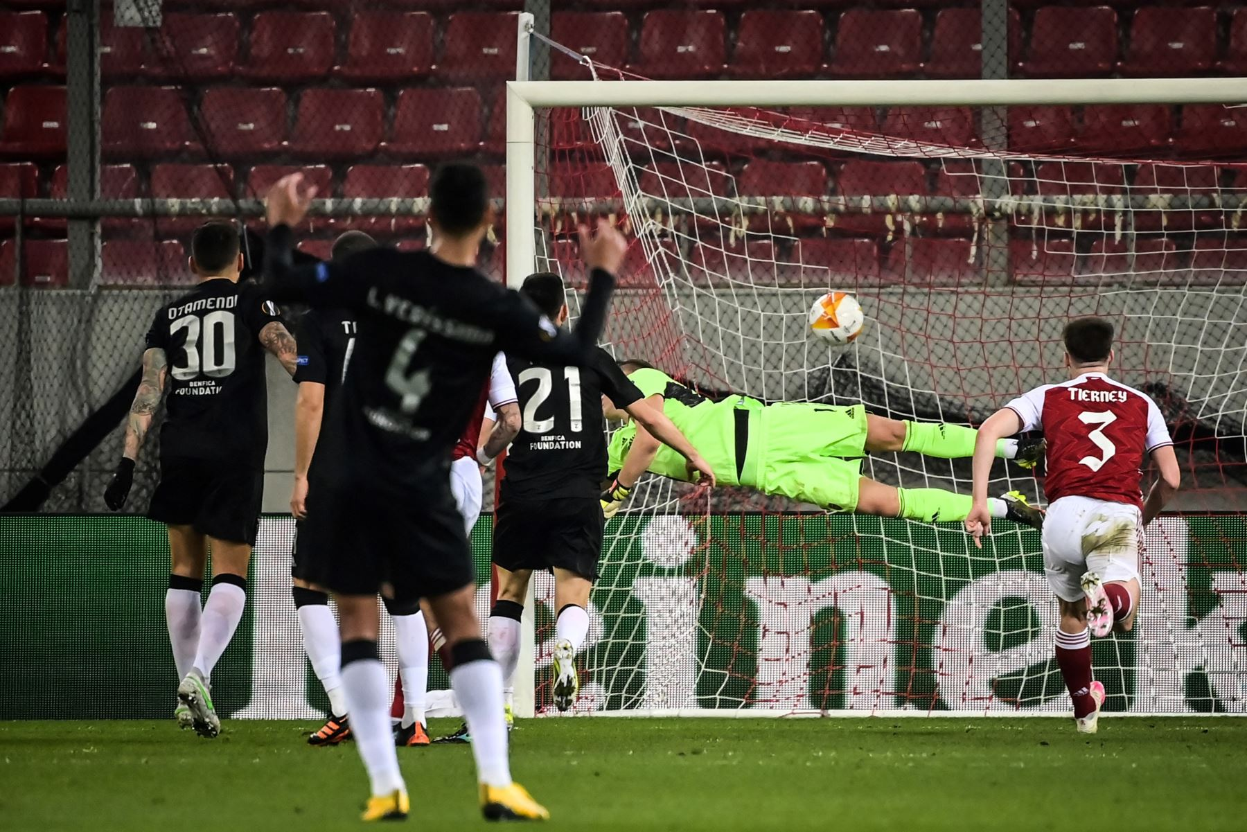 El delantero portugués del Benfica Diogo Goncalves dispara y anota un penalti durante el partido de fútbol de la segunda etapa de la UEFA Europa League. Foto: AFP
