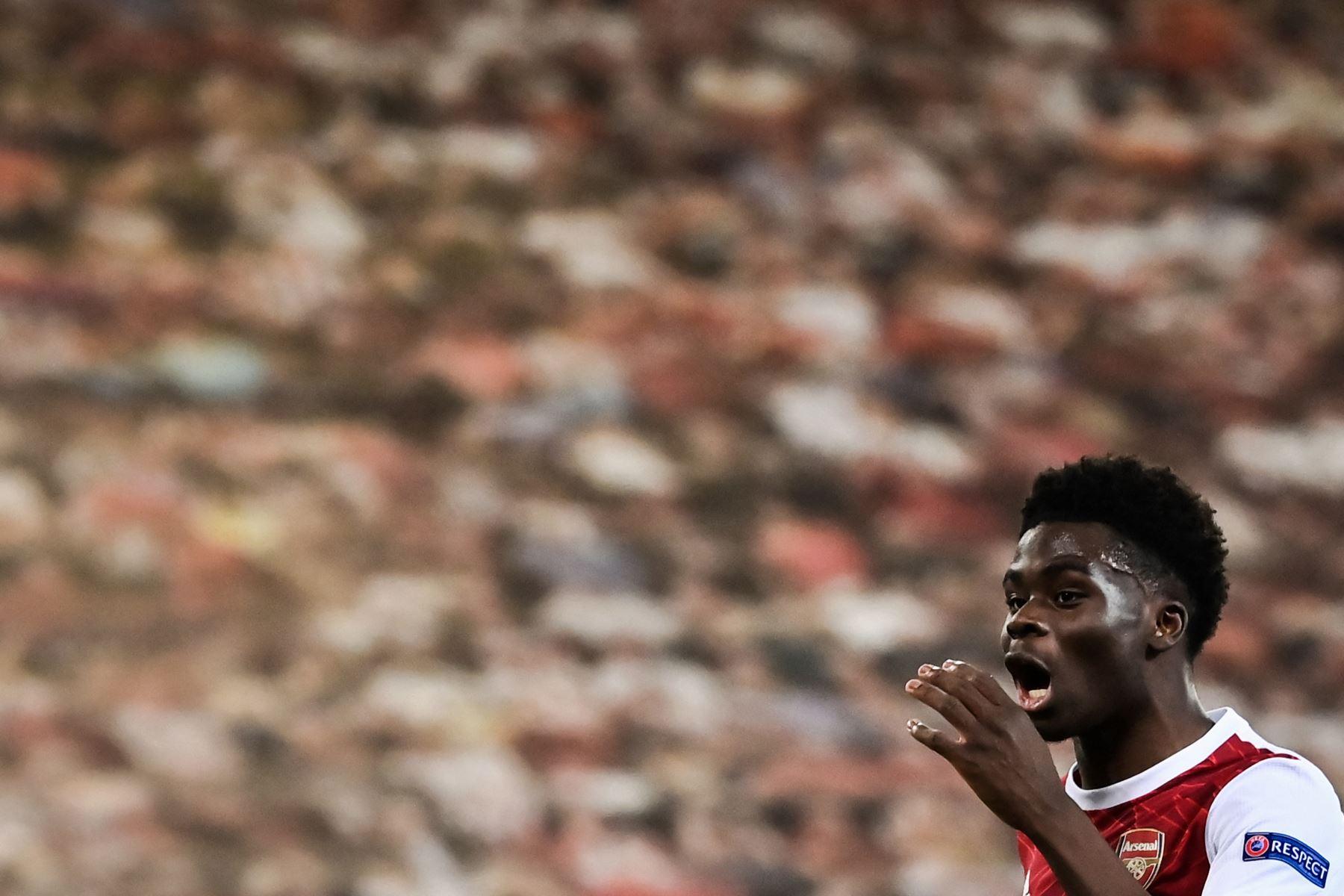 El delantero inglés del Arsenal, Bukayo Saka, reacciona durante el partido de fútbol de la segunda etapa de la UEFA Europa League. Foto: AFP